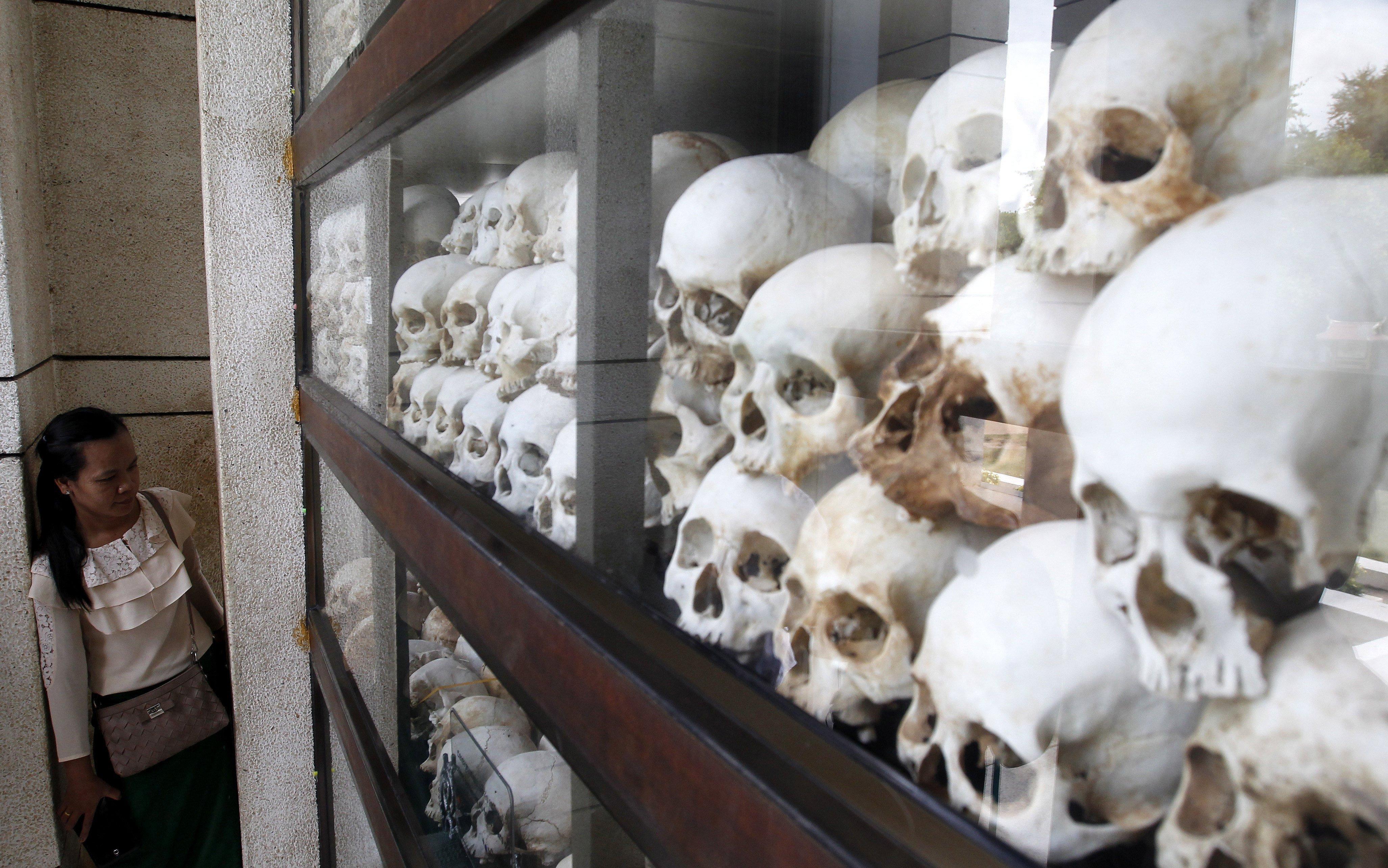 Una dona observa les restes de diverses víctimes del règim dels Khmers Rojos al Centre del Genocidi Choeung Ek, als afores de Penh, Cambodja. El tribunal internacional de Cambodja comença les vistes de la presentació de conclusions finals de la segona part del judici als líders dels Khmers Rojos./Mak Remissa