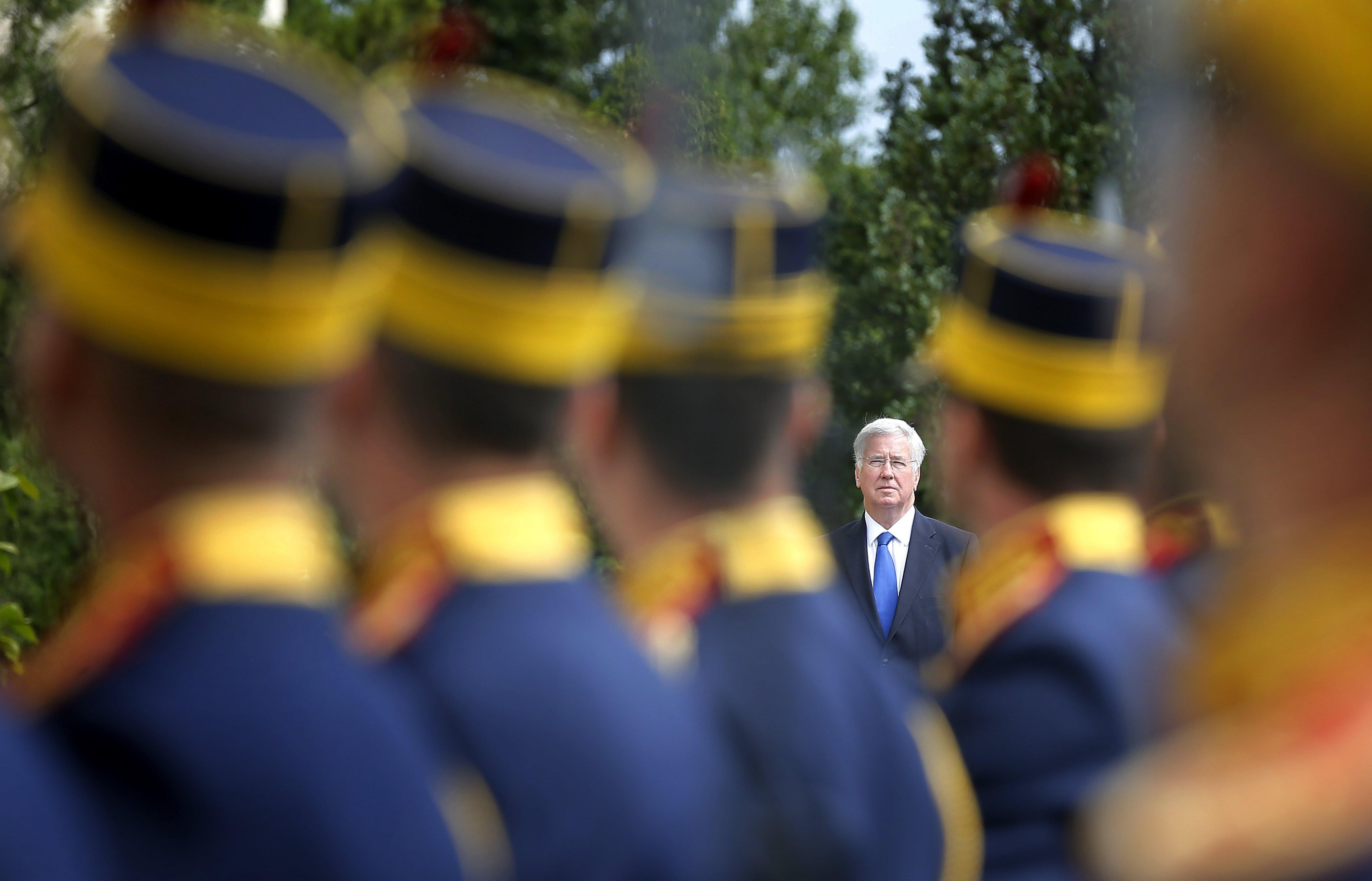 El secretari de Defensa britànic, Michael Fallon, passa revista a la guàrdia d'honor durant la cerimònia de benvinguda celebrada en el seu honor al Ministeri de Defensa a Bucarest, Romania./Robert Ghement
