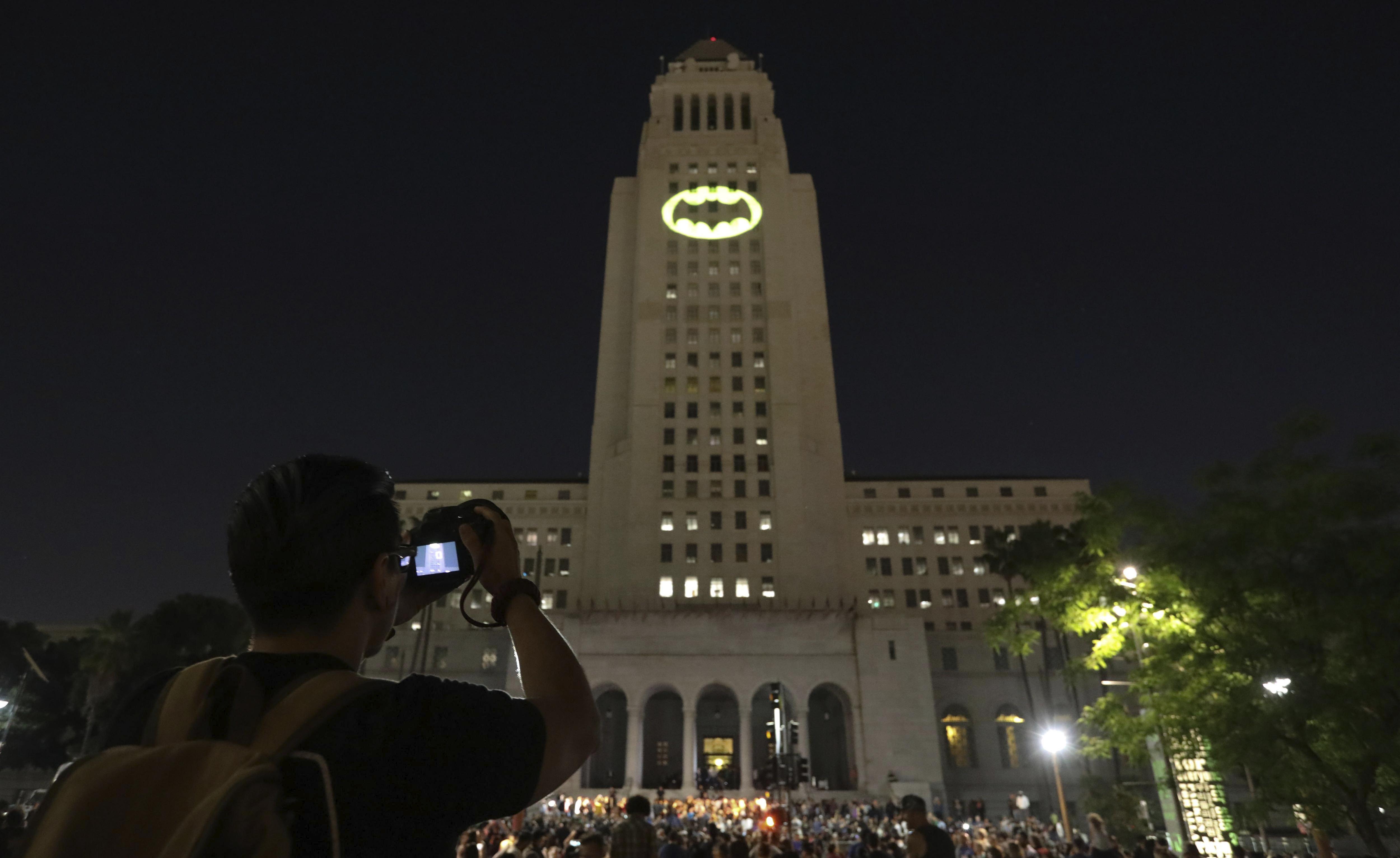 L'Ajuntament de Los Angeles projecta a la façana del seu edifici la 'bat-senyal' en memòria del desaparegut actor nord-americà Adam West, conegut per protagonitzar la sèrie del superheroi als anys 60./Eugene Garcia