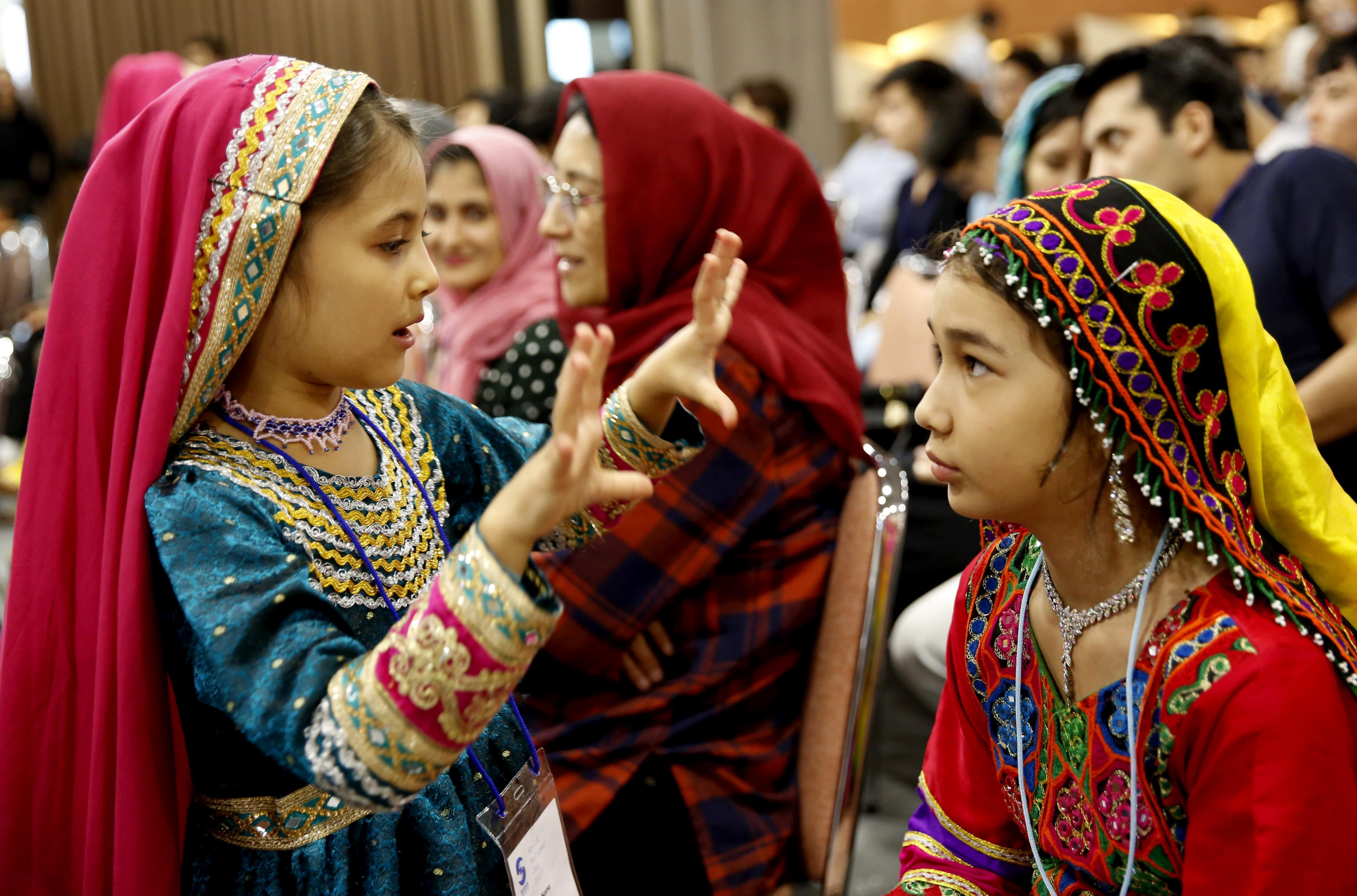 Nines refugiades afganeses es preparen abans d'actuar en la celebració organitzada amb motiu del Dia Mundial del Refugiat a Jakarta (Indonèsia). /ADI WEDA