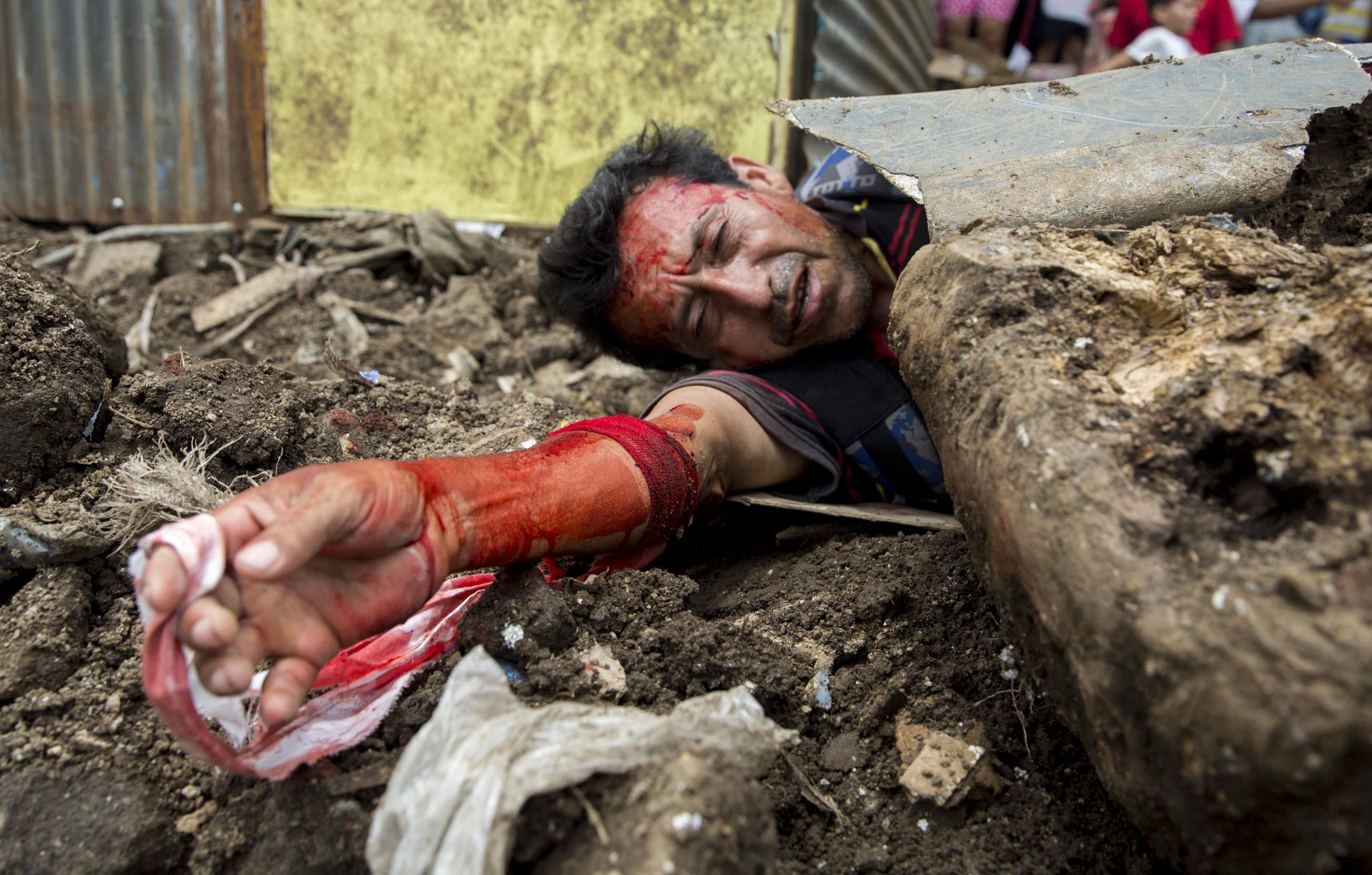 Un home participa en el segon simulacre nacional multi amenaces a Managua (Nicaragua). /JORGE TORRES