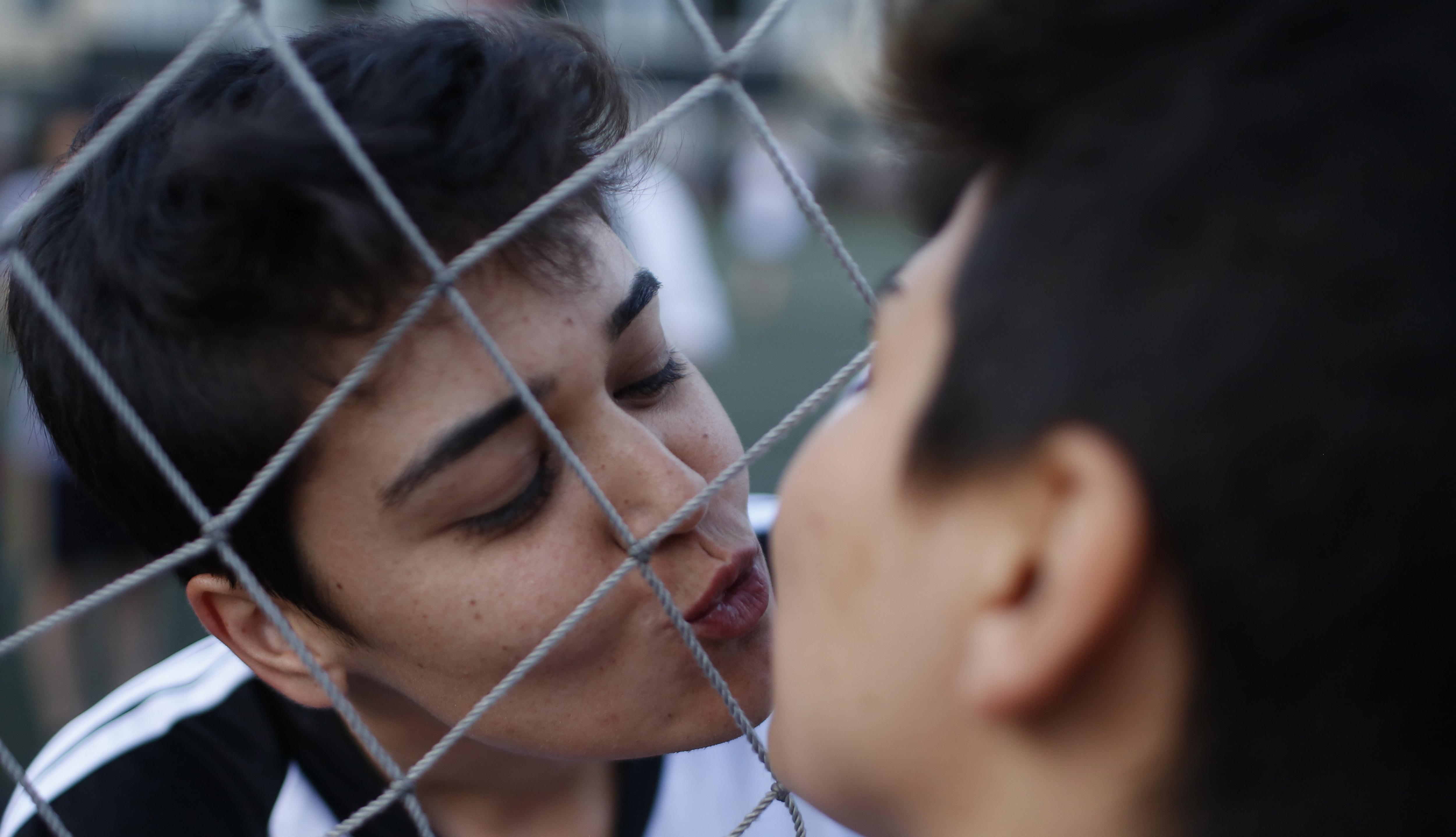 Jugadores es besen abans d'un partit del torneig de futbol organitzat per Lesbianes i Bisexuals a Istanbul (Turquia). /ERDEM SAHIN