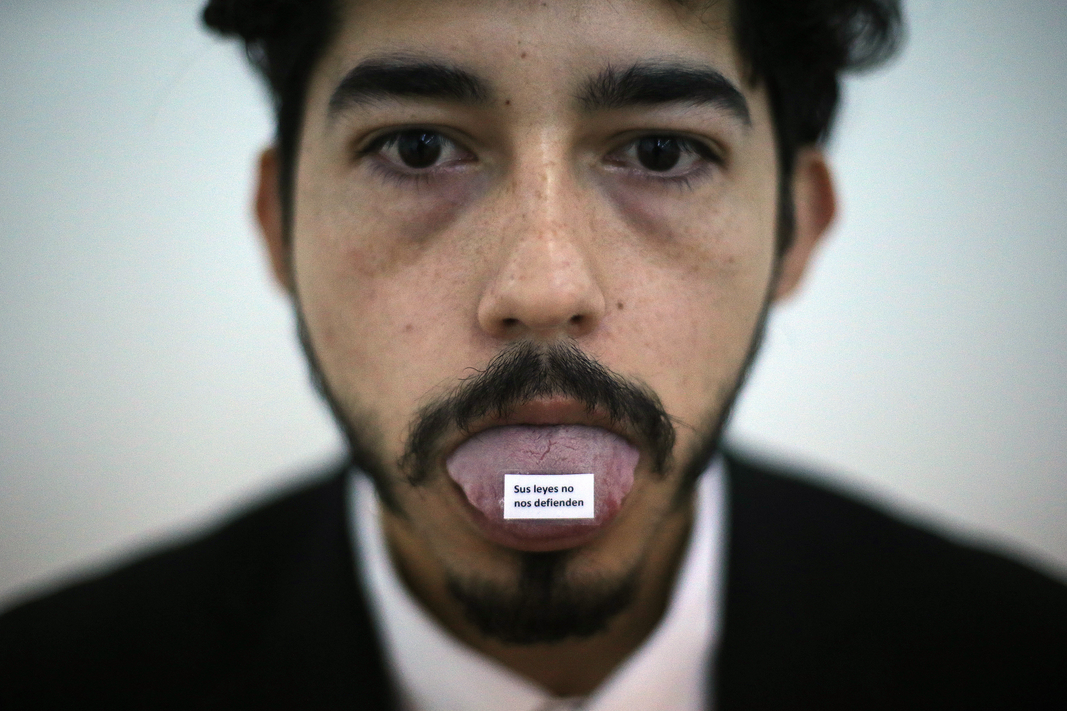 """Un home participa en l'exposició """"Dream Come True"""" de l'artista d'origen japonès Yoko Ono a Santiago de Xile (Xile). /MARIO RUIZ"""