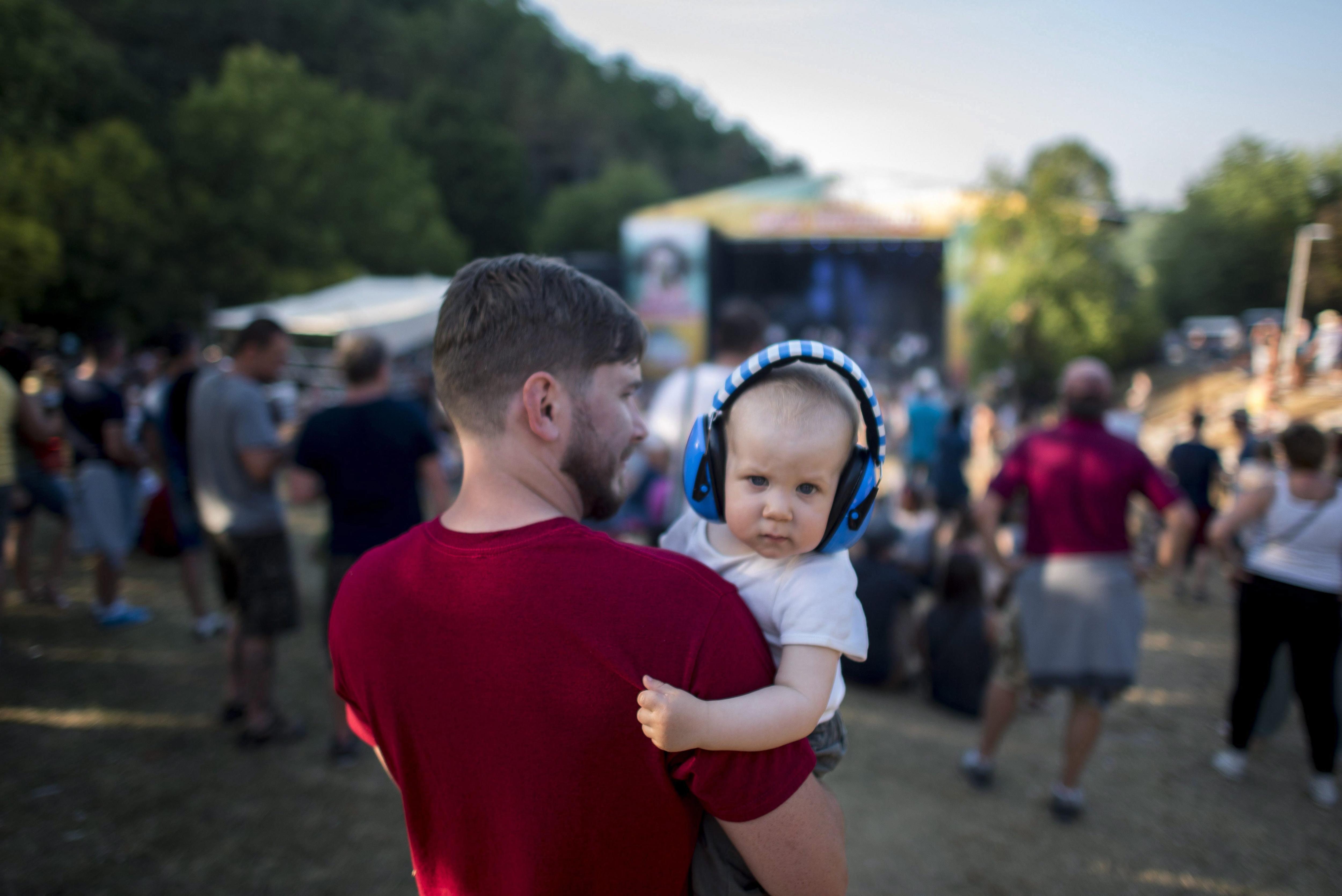 Un nadó empra protecció per a oïdes durant el concert de la banda hongaresa de ska Pannonia Allstars Ska Orchestra (PAS) en el tercer dia del festival 'Fishing on Orfu 2017' a Budapest (Hongria). /TAMAS SOKI