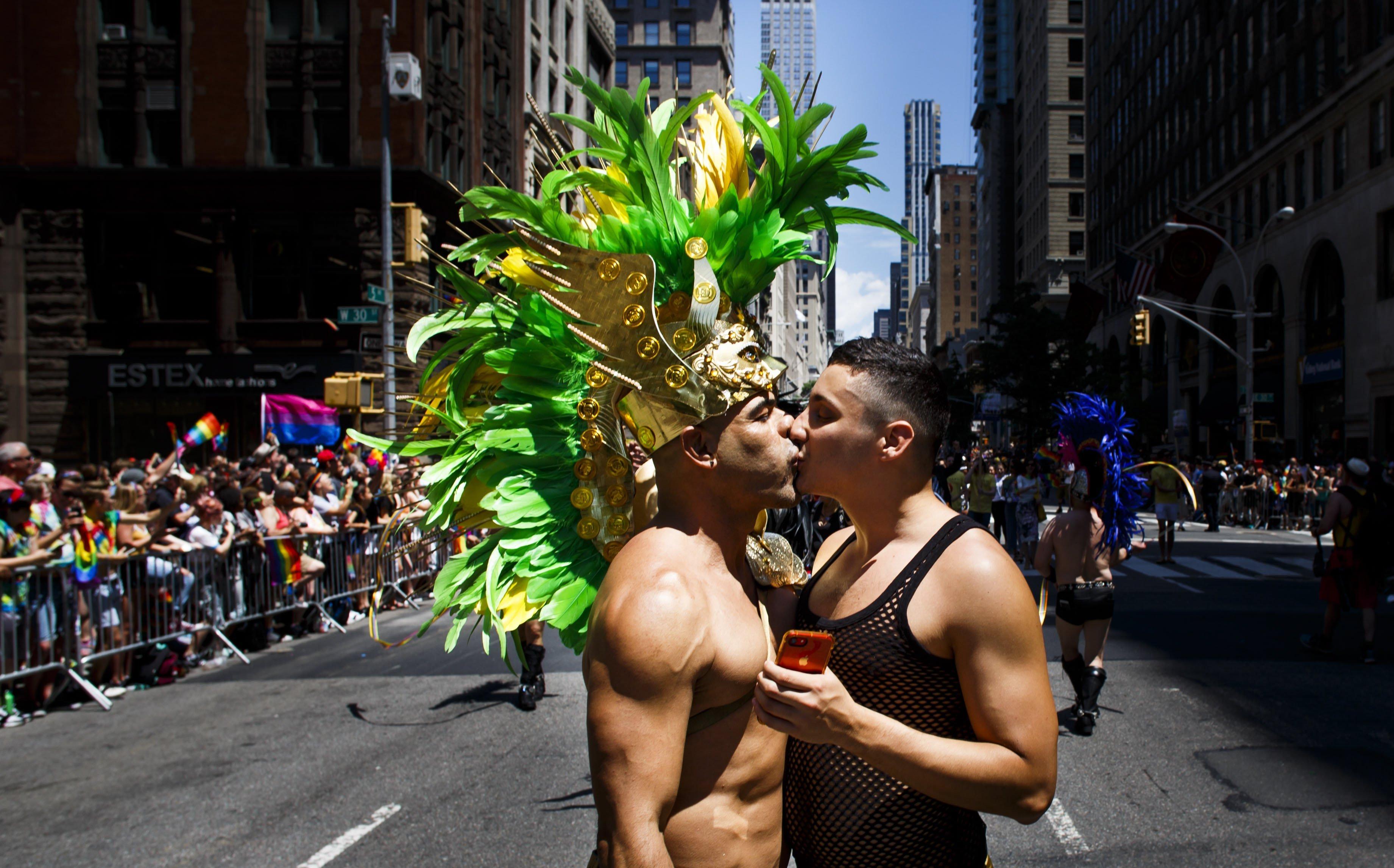 Una parella es besa durant la celebració de la New York LGBT Pride March a Nova York. /JUSTIN LANE