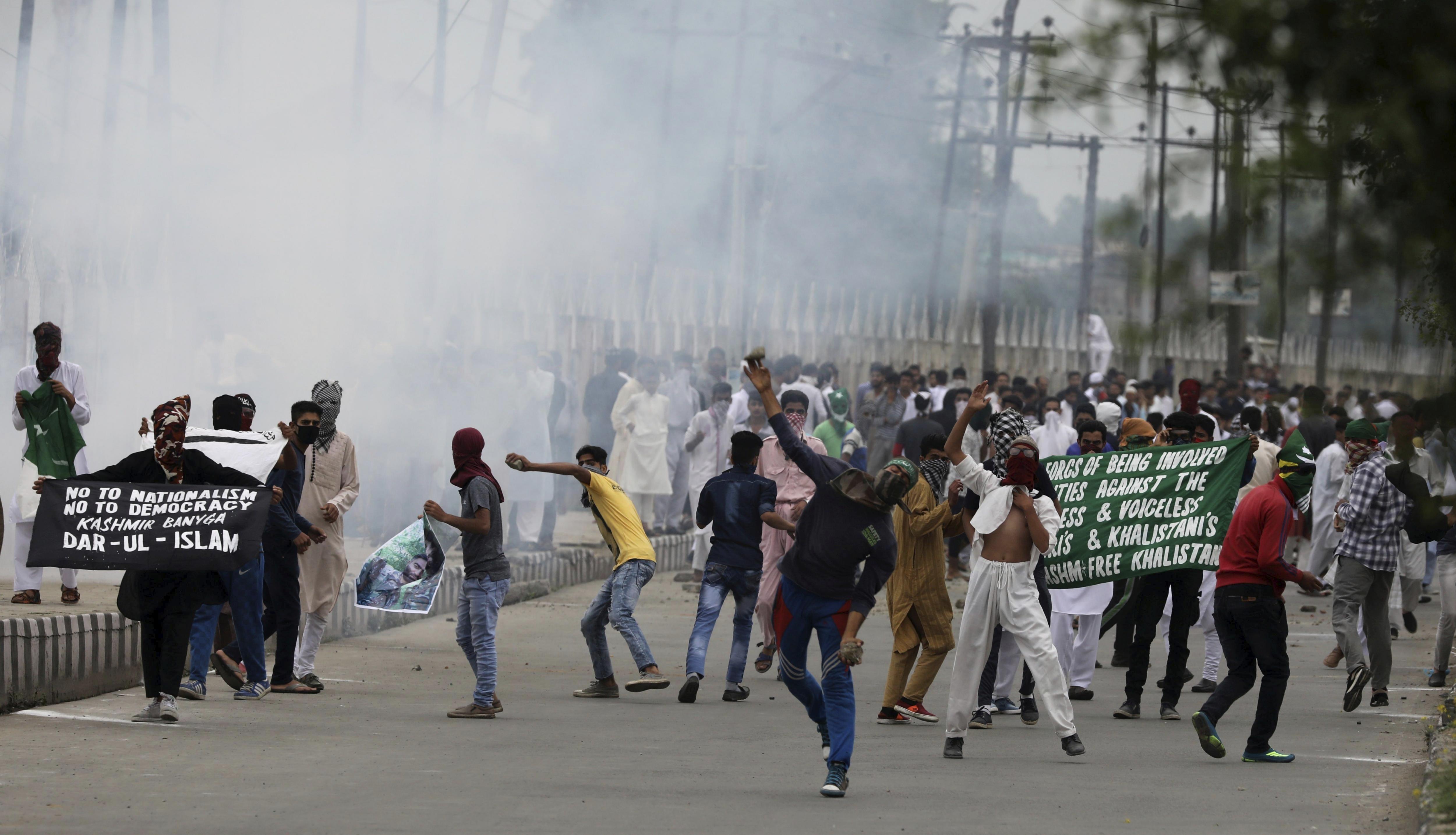 Manifestants musulmans protesten al centre de Srinagar, Índia. /FAROOQ KHAN