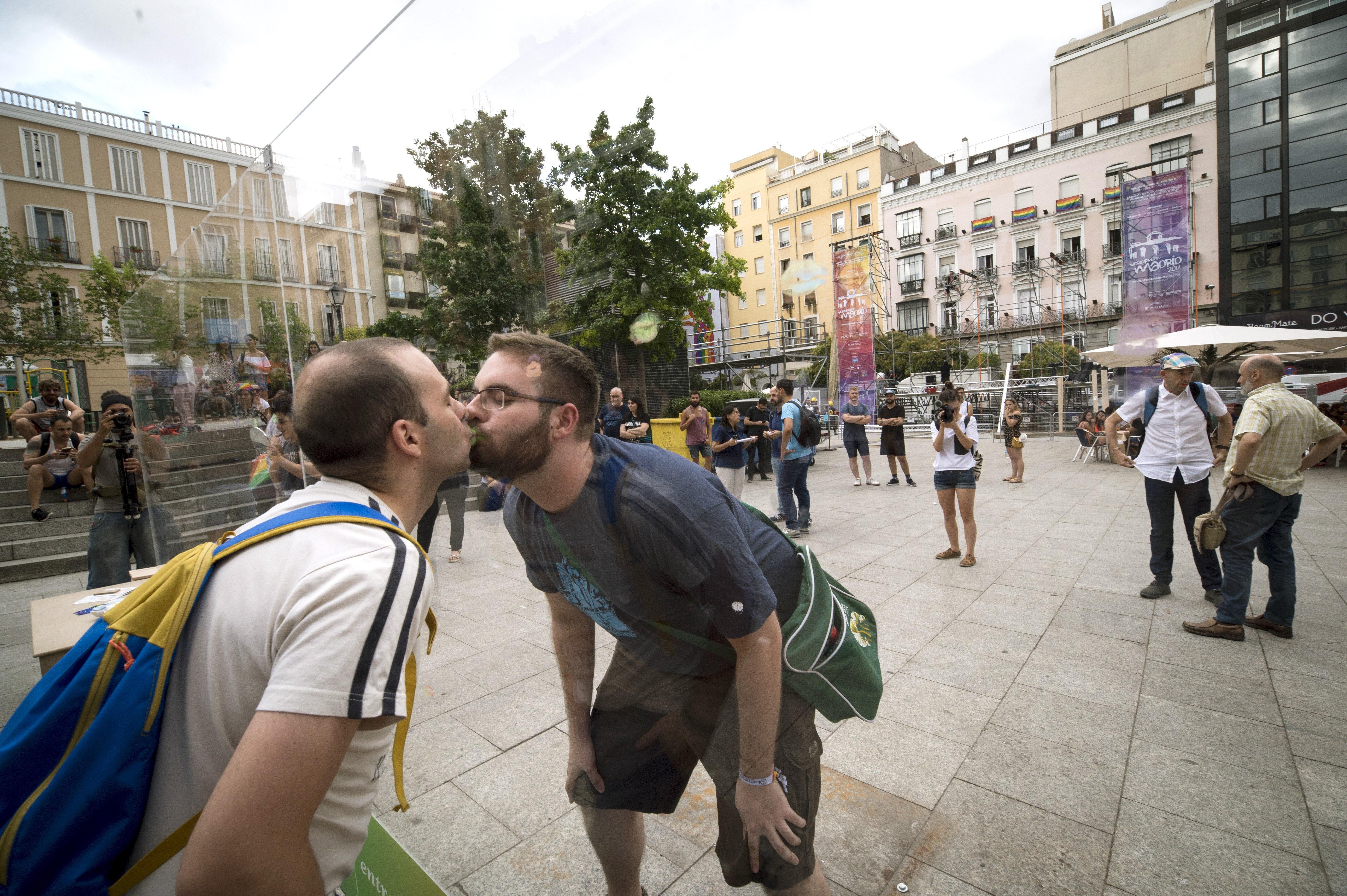 """Una parella es besa en el """"Mur dels petons perduts"""" instal·lat a la plaça de Pedro Zerolo de Madrid amb motiu del World Pride Madrid 2017. /LUCA PIERGIOVANNI"""