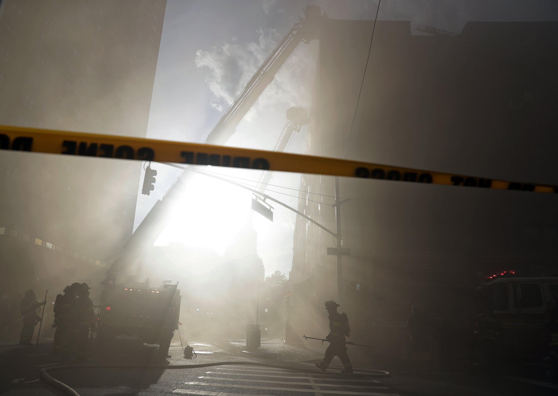 Membres del Departament de Bombers de la Ciutat de Nova York (FDNY) treballen en un incendi al carrer 8 i Broadway a Nova York, EUA. /JASON SZENES