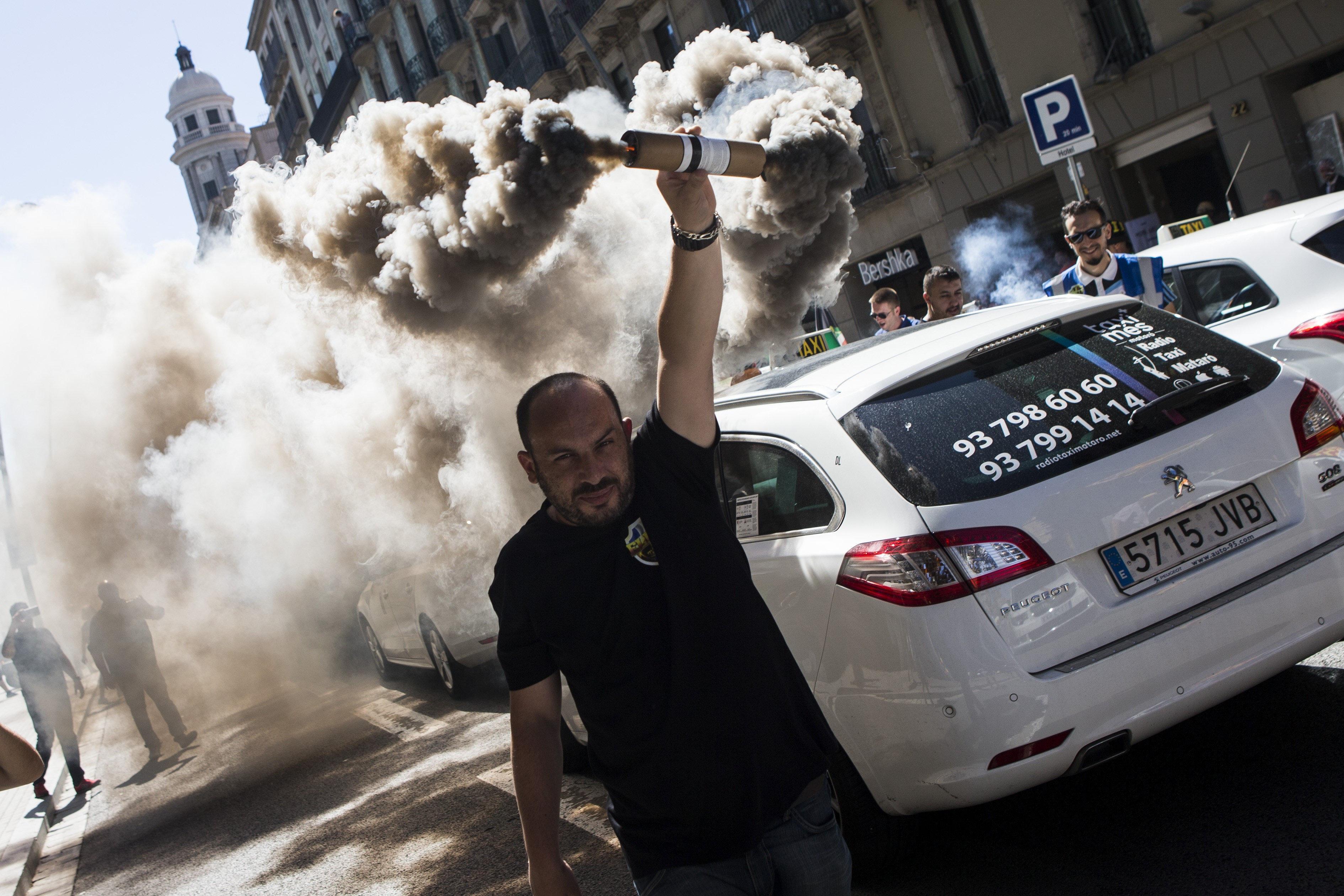 Una manifestació de taxistes recorre el centre de Barcelona en una altra jornada de vaga de 24 hores convocada per demanar mesures més contundents contra les plataformes Uber i Cabify. /QUIQUE GARCÍA