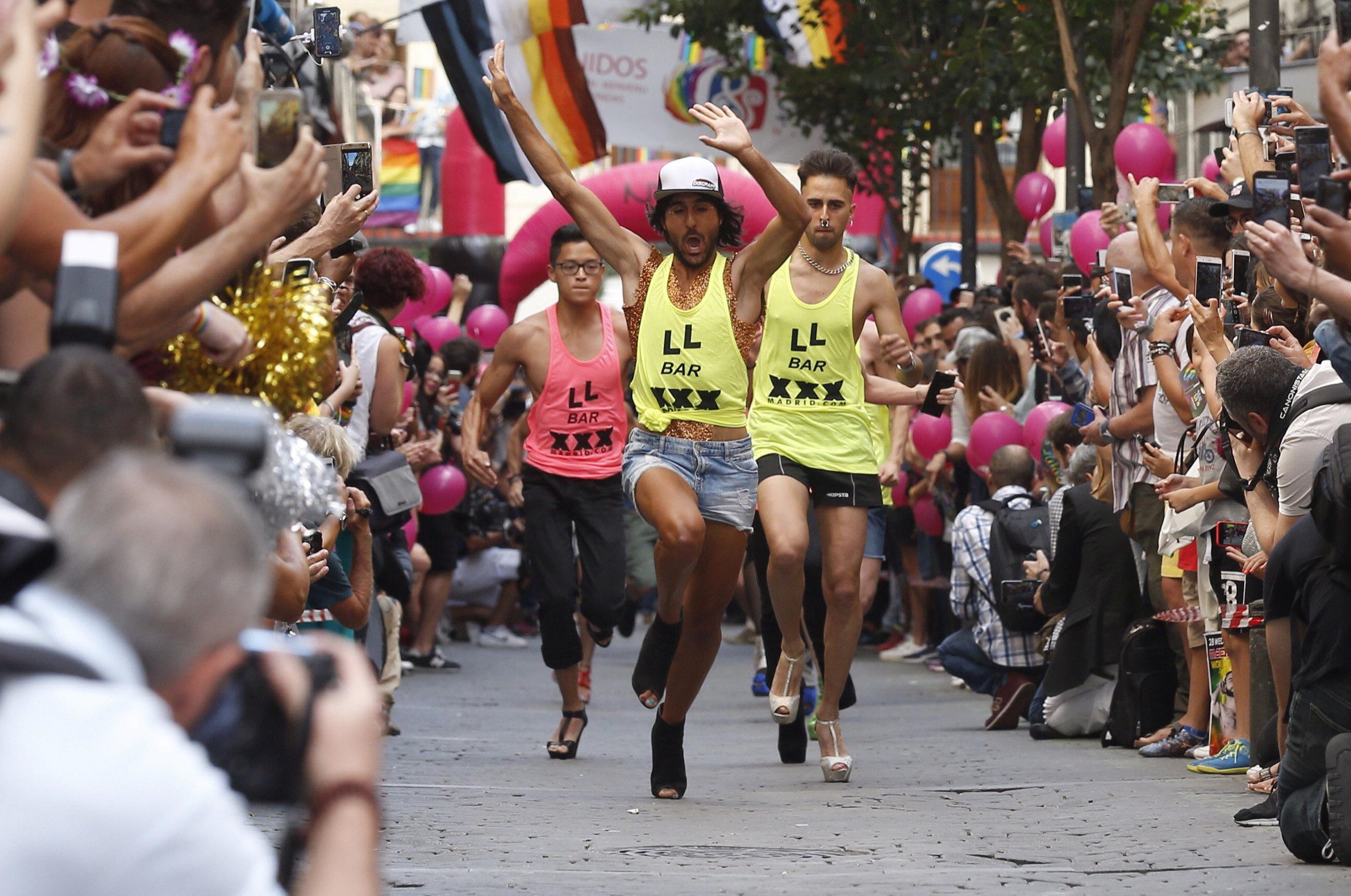 Un dels participants en la carrera de tacons al carrer Pelayo de Madrid un dels esdeveniments més tradicionals de les festes de l'Orgull LGTB, que compleix 20 anys. /PACO CAMPOS