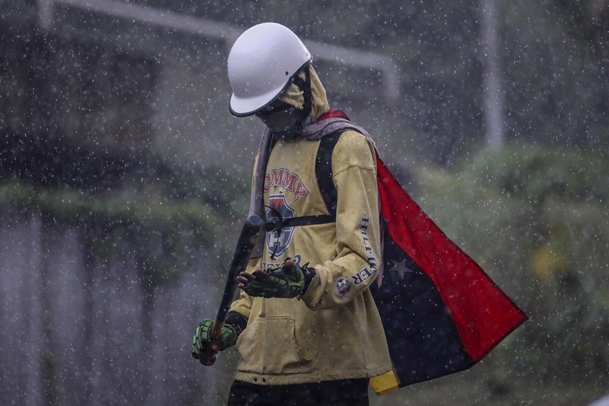 Manifestants opositors participen en una marxa cap a la seu del Poder Electoral, a Caracas (Veneçuela). /MIGUEL GUTIÉRREZ