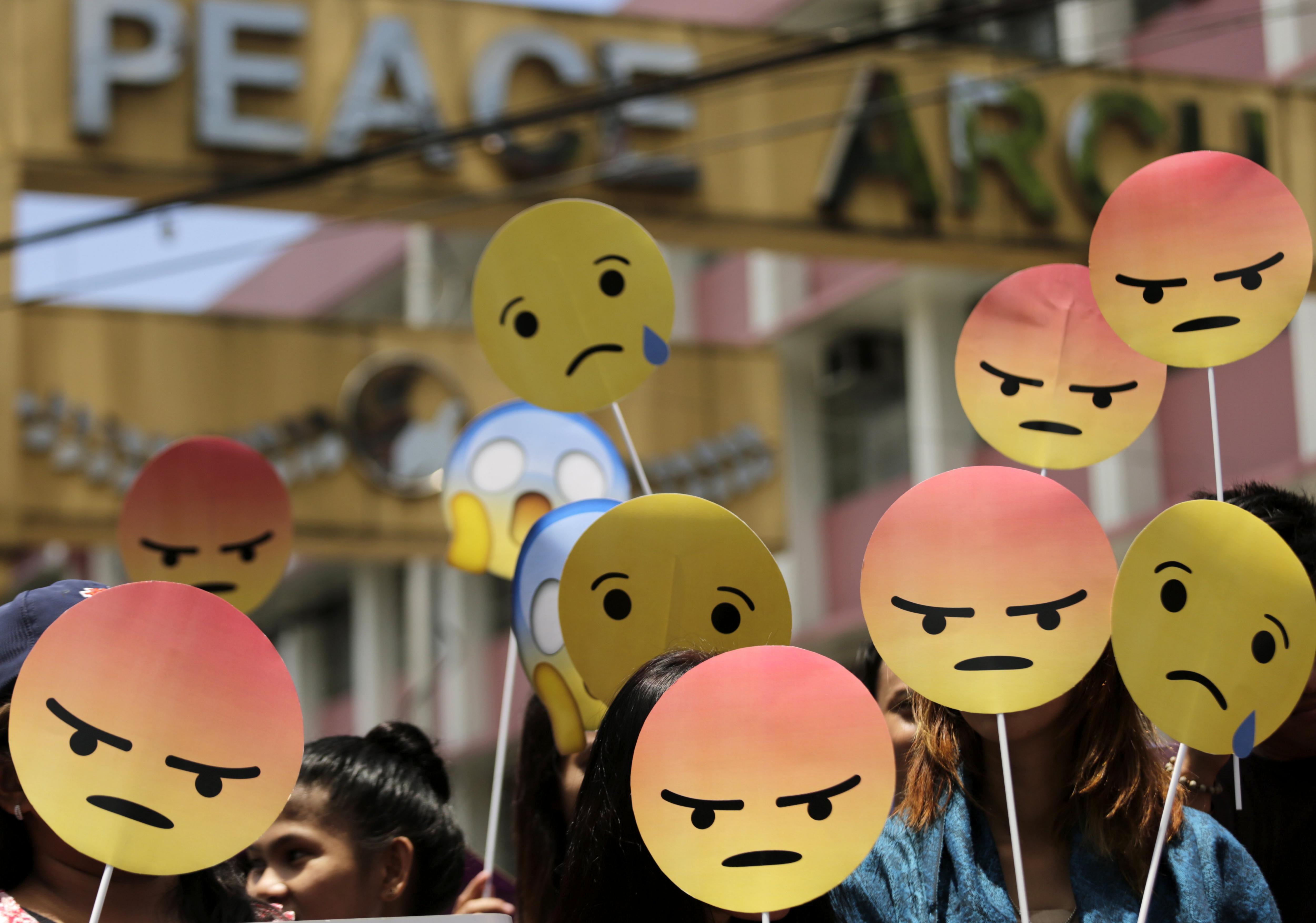 Manifestants protesten en contra del president filipí Rodrigo Duterte a les portes del Palau Presidencial a Manila (Filipines). /FRANCIS R. MALASIG