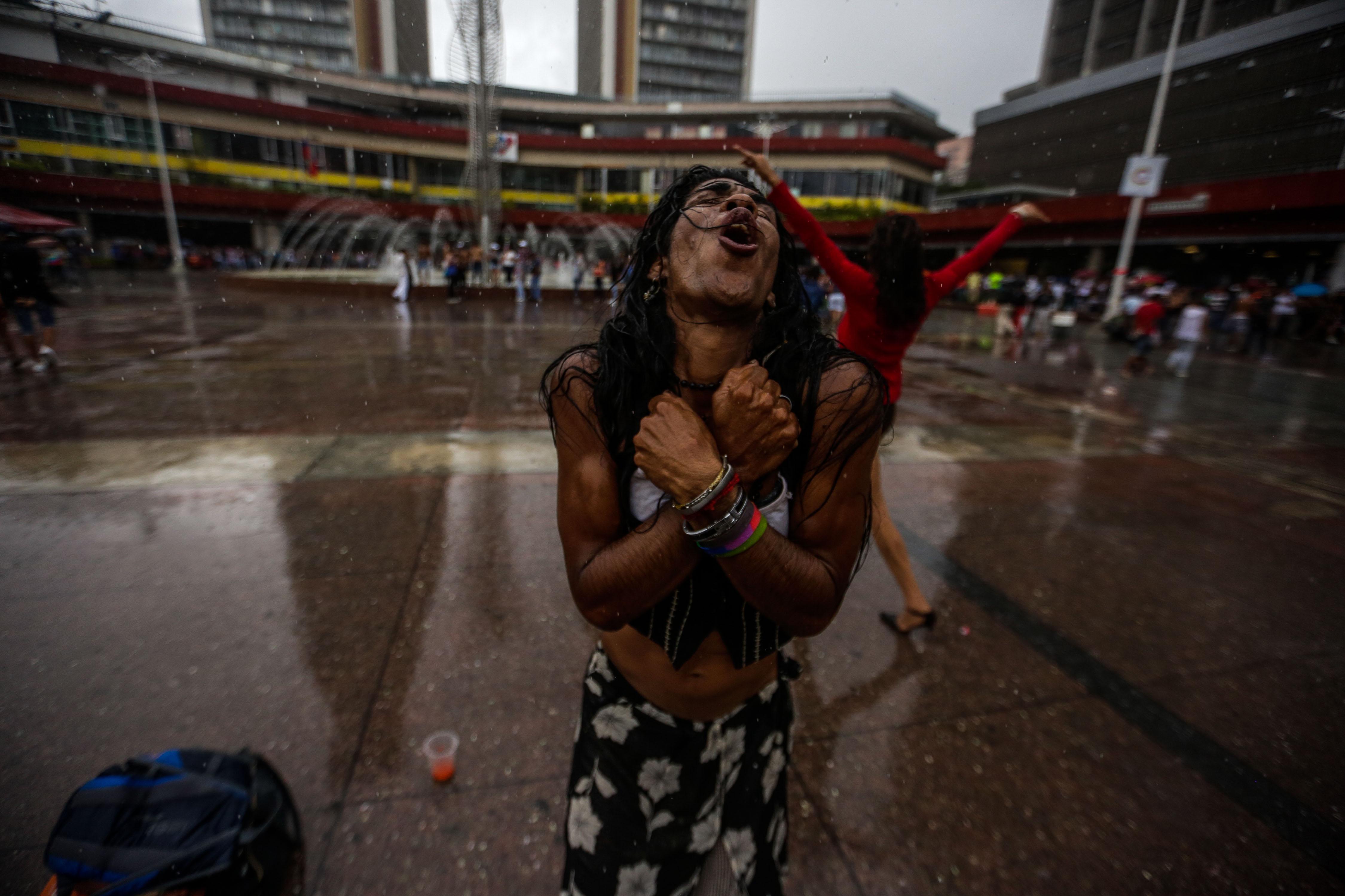 Persones participen en una marxa en celebració del Dia Internacional de l'Orgull LGBTI a Caracas (Veneçuela). /CRÍSTIAN HERNÁNDEZ