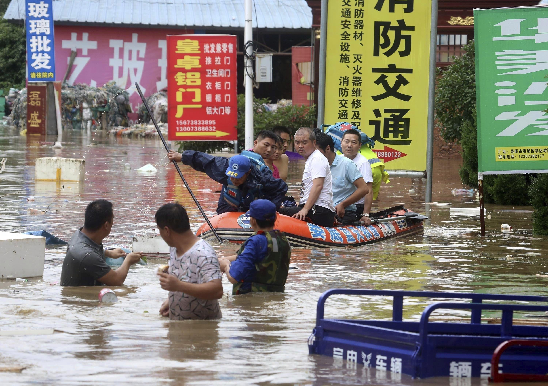 Evacuació de ciutadans en una zona inundada a la ciutat de Loudi, a la província de Hunan (Xina). /GUO QUAN