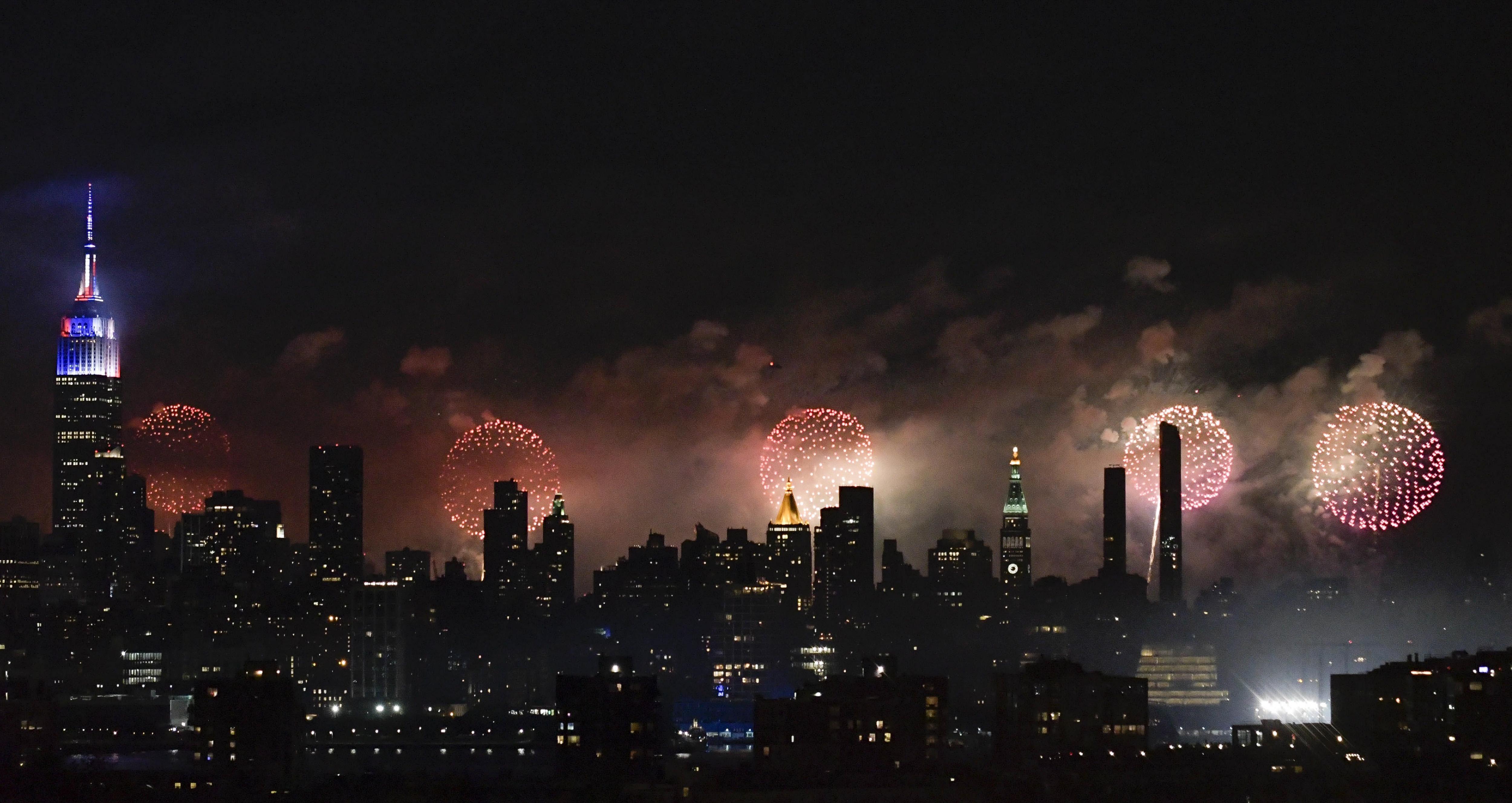 Vista dels focs artificials llançats a prop a l'Empire State Building durant la celebració del Dia de la Independència a Nova York (EUA). /PORTER BINKS