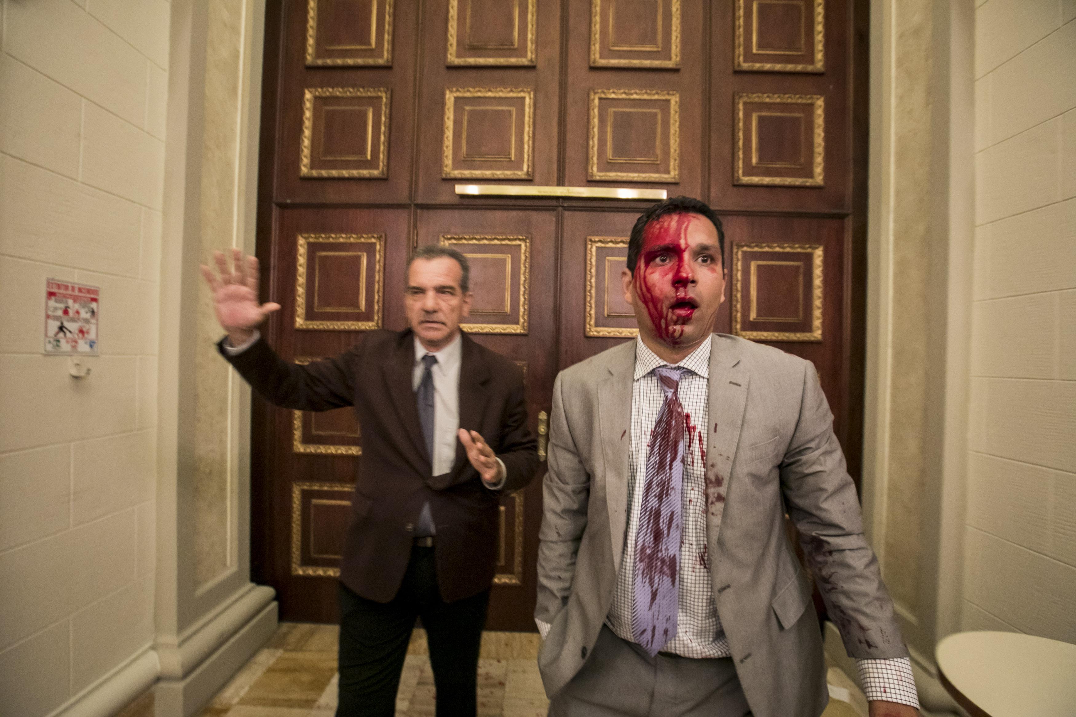 Grups chavistes irrompen al Parlament de Veneçuela i fereixen diputats. /MIGUEL GUTIERREZ