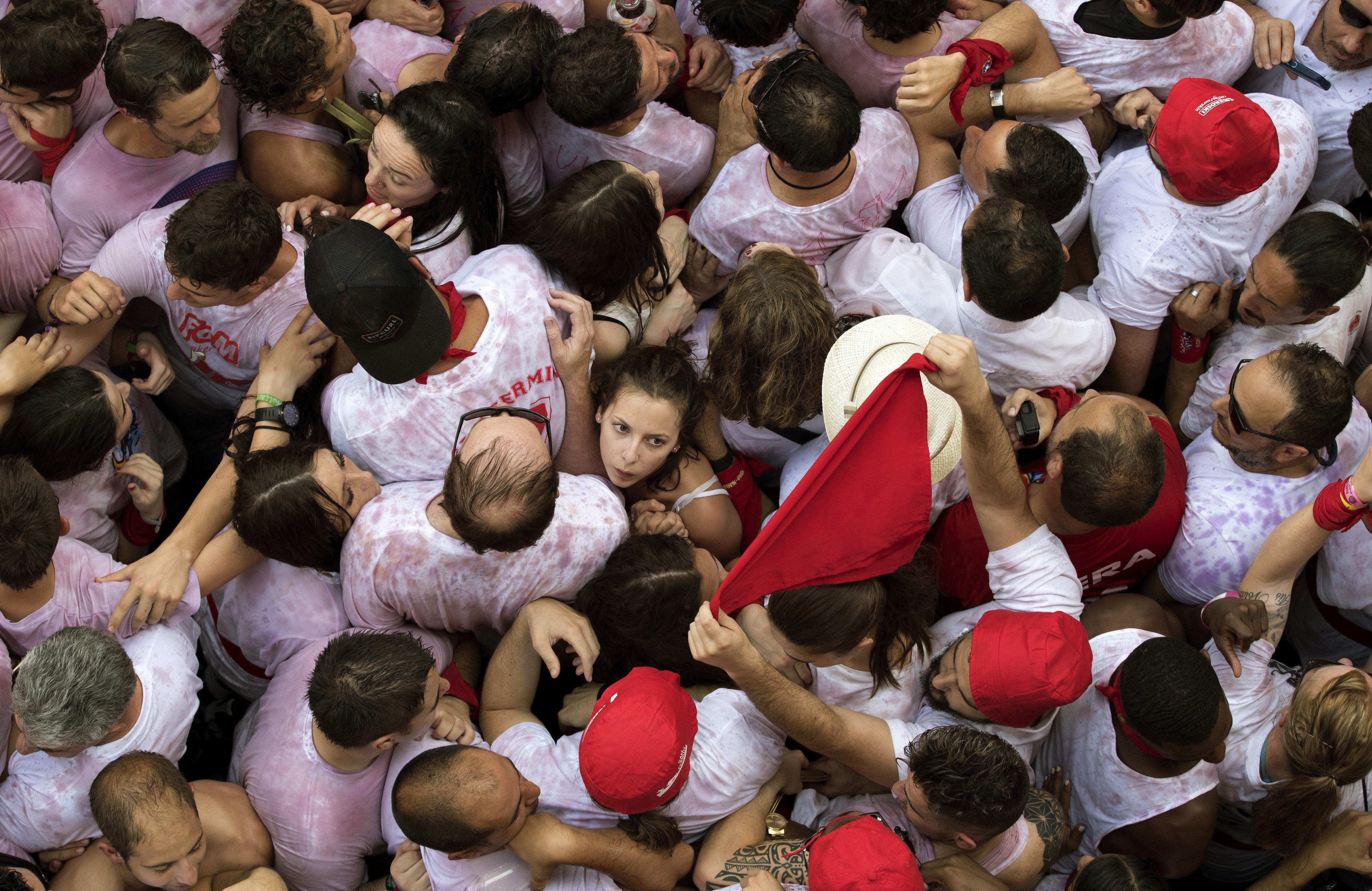 Centenars de persones festegen l'inici de les Festes de Sant Fermí 2017 després del llançament del tradicional 'txupinazo' des de la balconada de l'Ajuntament de Pamplona. /VILLAR LÓPEZ