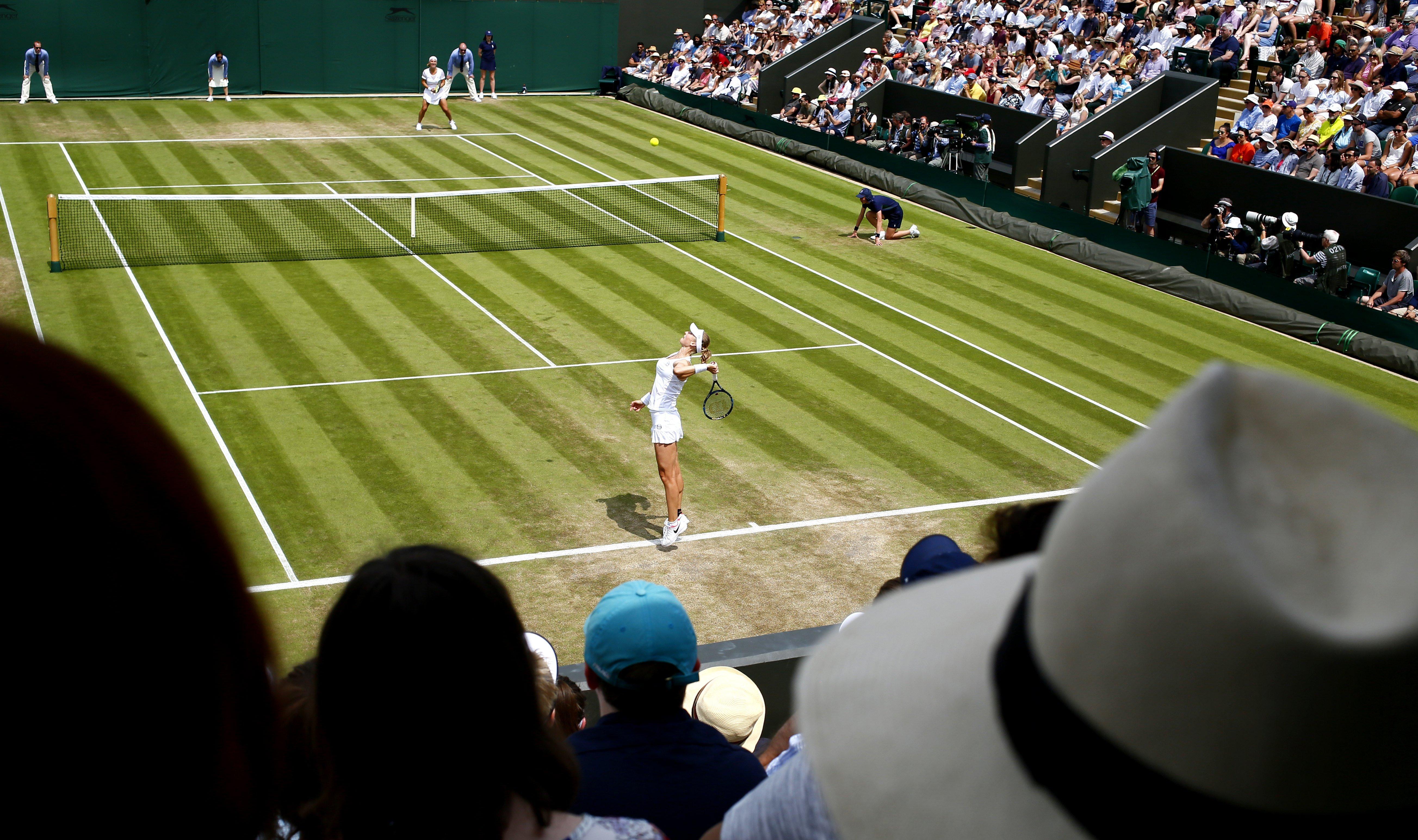 La tenista russa Ekaterina Makarova fa un servei davant Svetlana Kuznetsova durant la segona ronda del torneig de Wimbledon disputat a Londres (Regne Unit). /NIC BOTHMA
