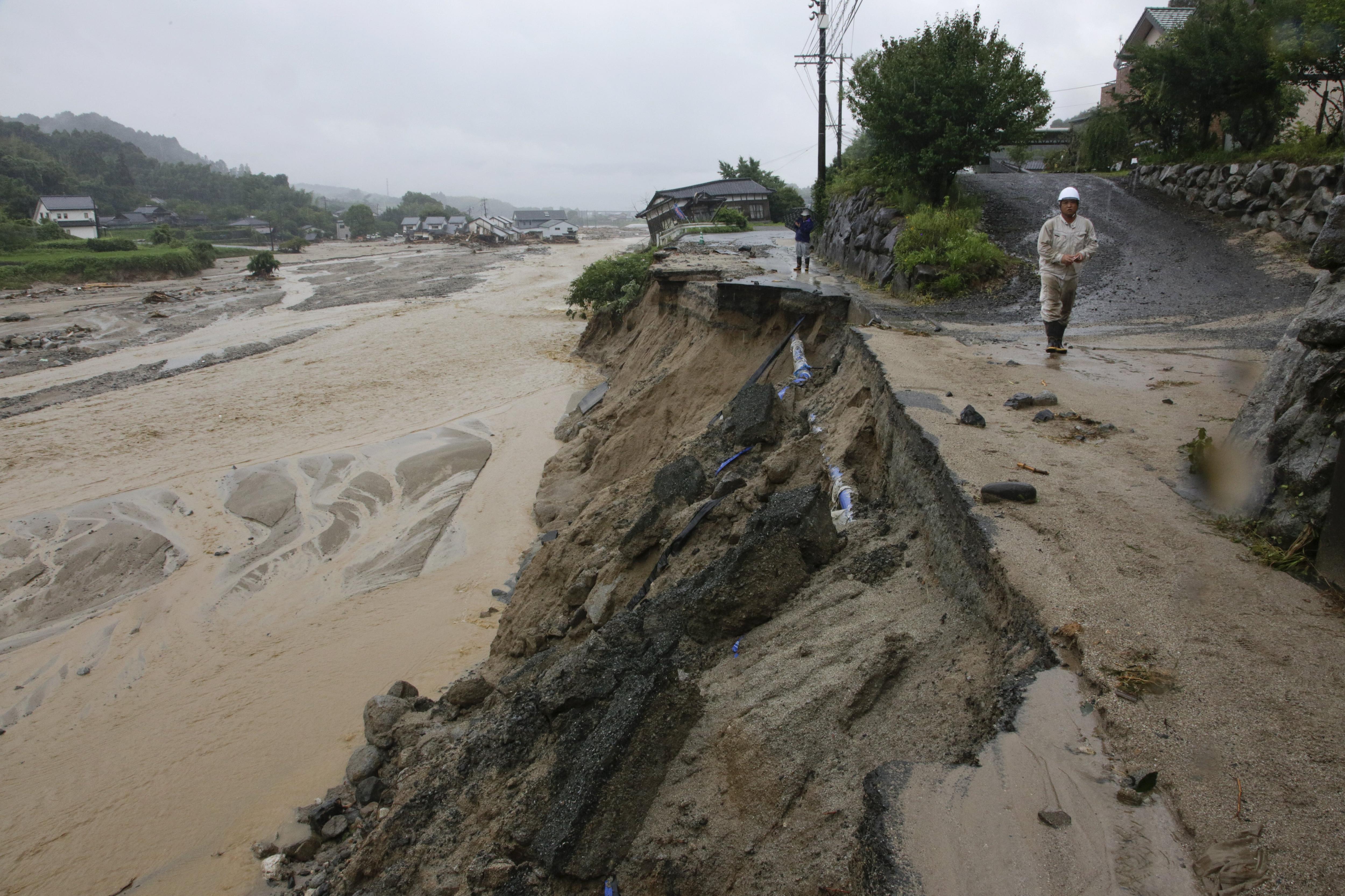 Una tempesta provoca inundacions i lliscaments de terra en el sud-oest de Japó. /KIMIMASA MAYAMA