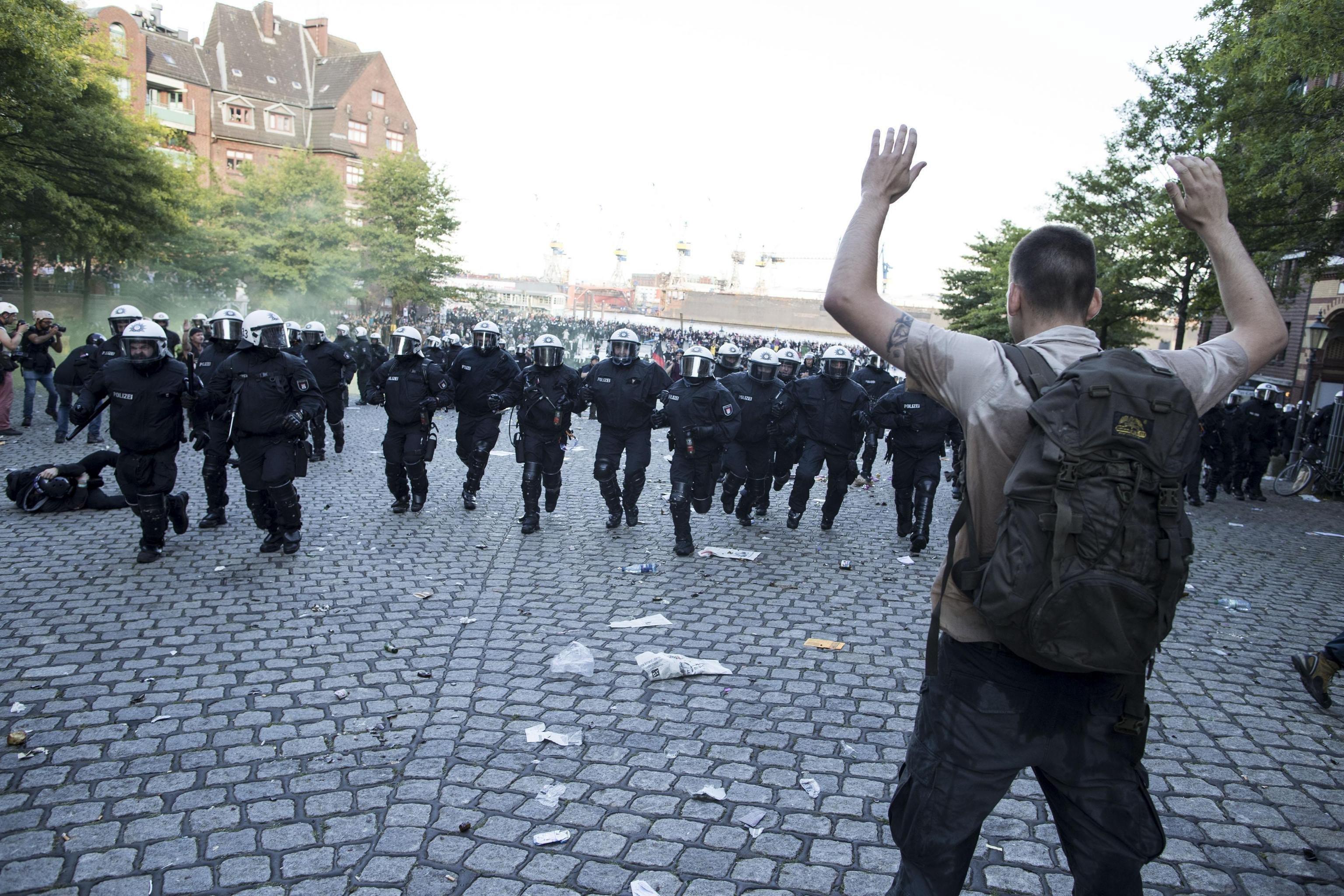 Disturbis entre la policia i els manifestants durant una protesta convocada a Hamburg (Alemanya), on se celebra el G20. /MASSIMO PERCOSSI