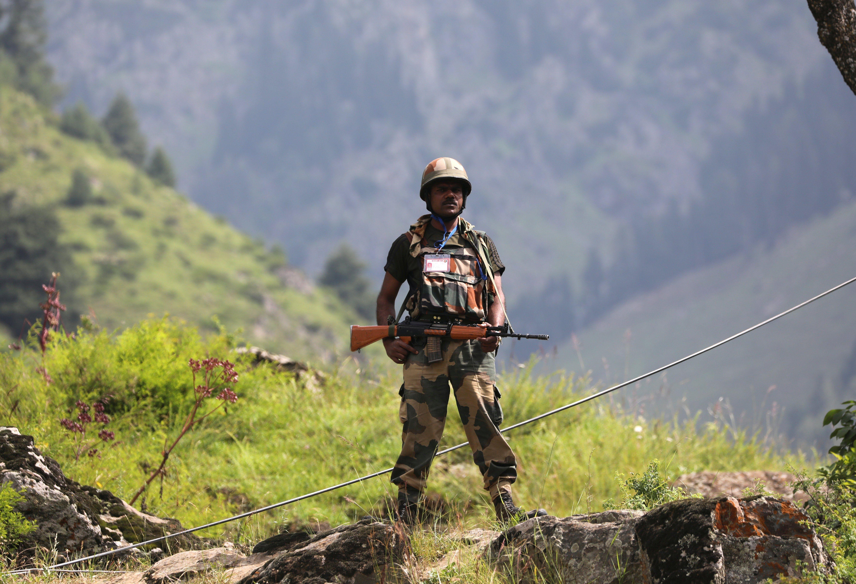Membres de les forces de seguretat índies patrullen la zona de Cachemira, una població a 116 km al sud de Srinagar. /FAROOQ KHAN