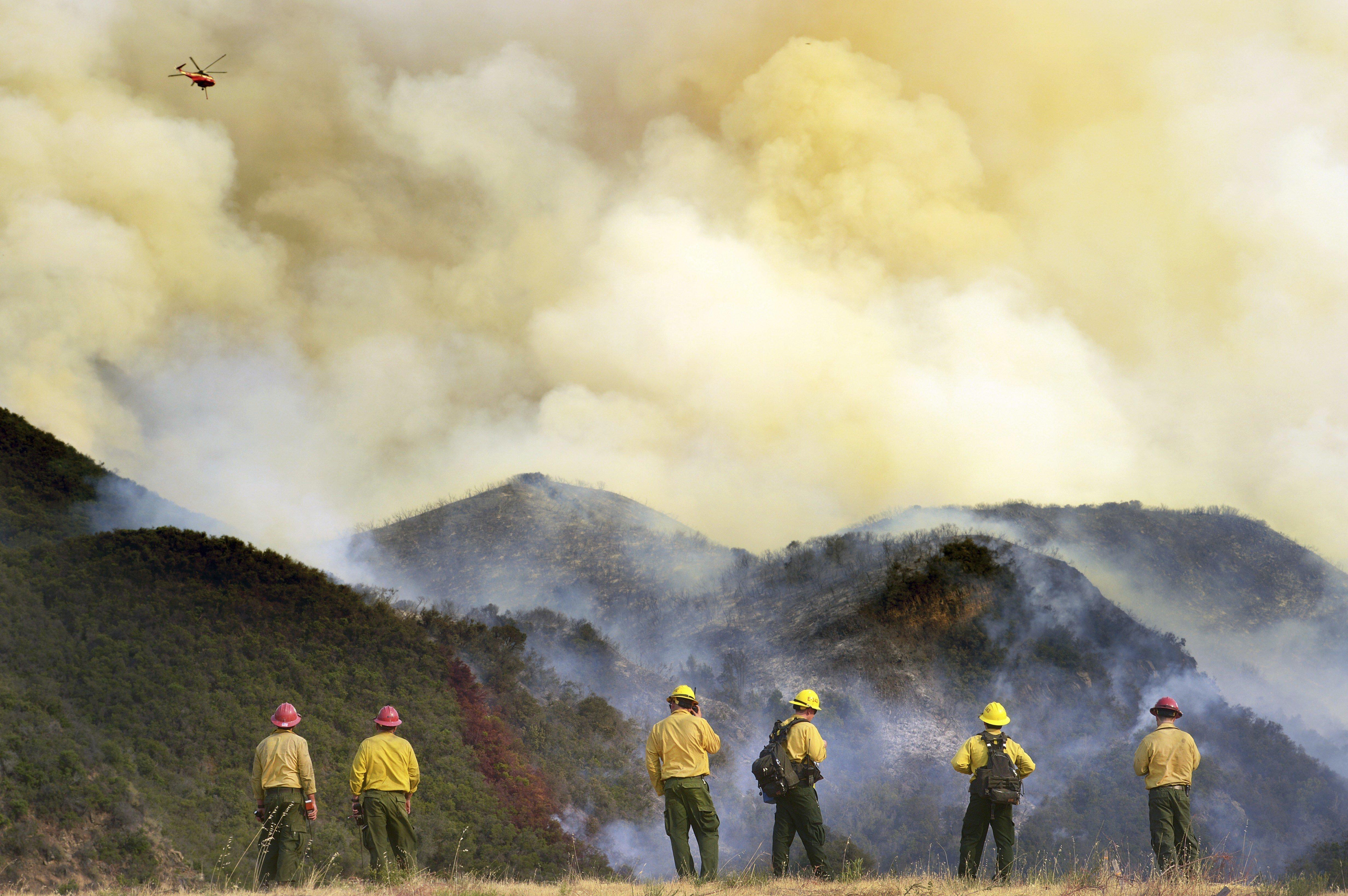 Bombers treballen en l'extinció de l'incendi a Whittier, a Santa Bàrbara, Califòrnia. /STRINGER