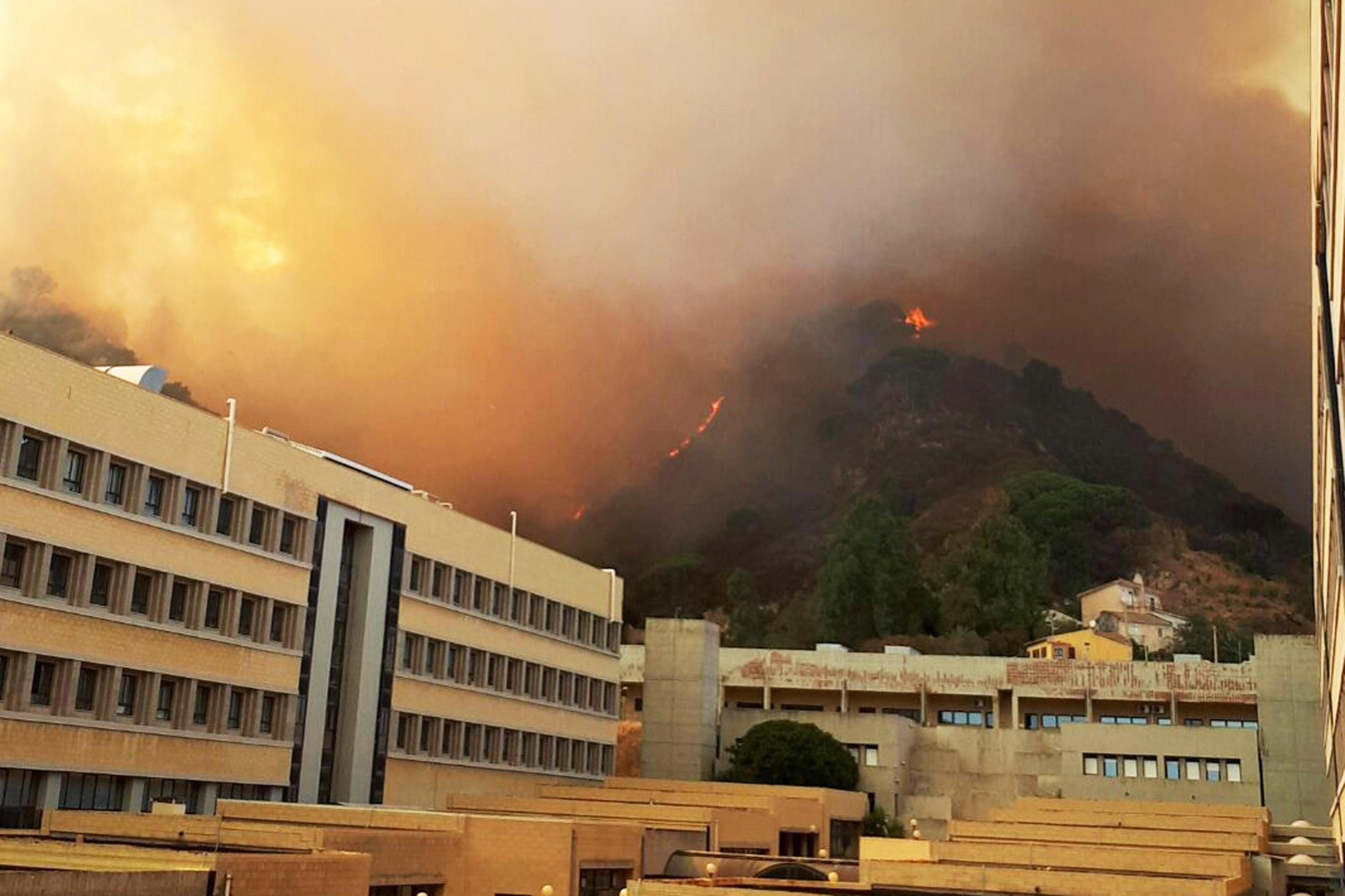 El fum i les flames envolten els edificis de la Universitat d'Annunziata durant un incendi a Messina (Itàlia). /FRANCESCO SAYA