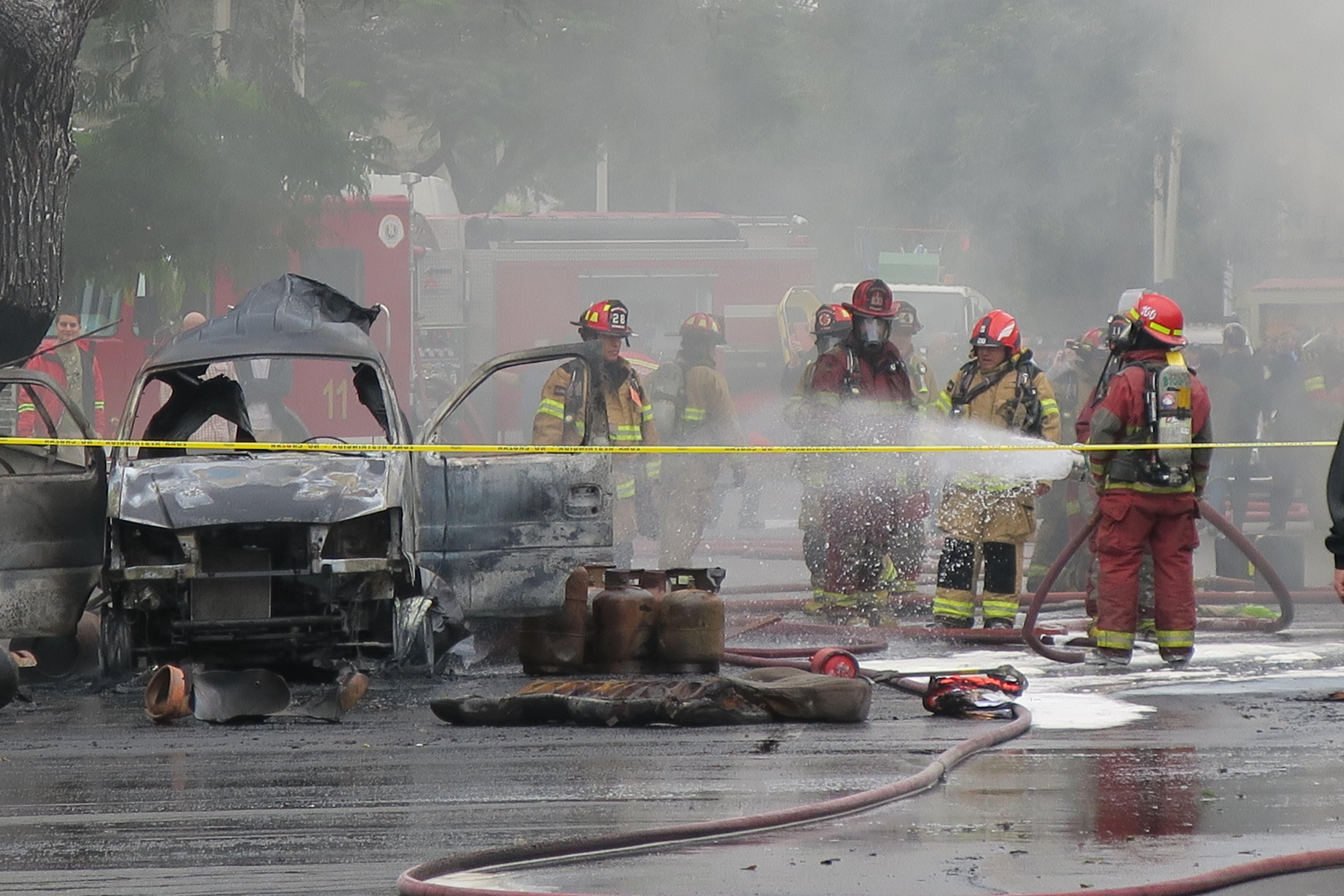 Bombers treballen en un incendi generat per una explosió al districte de San Isidro, a Lima (Perú). /DAVID BLANCO