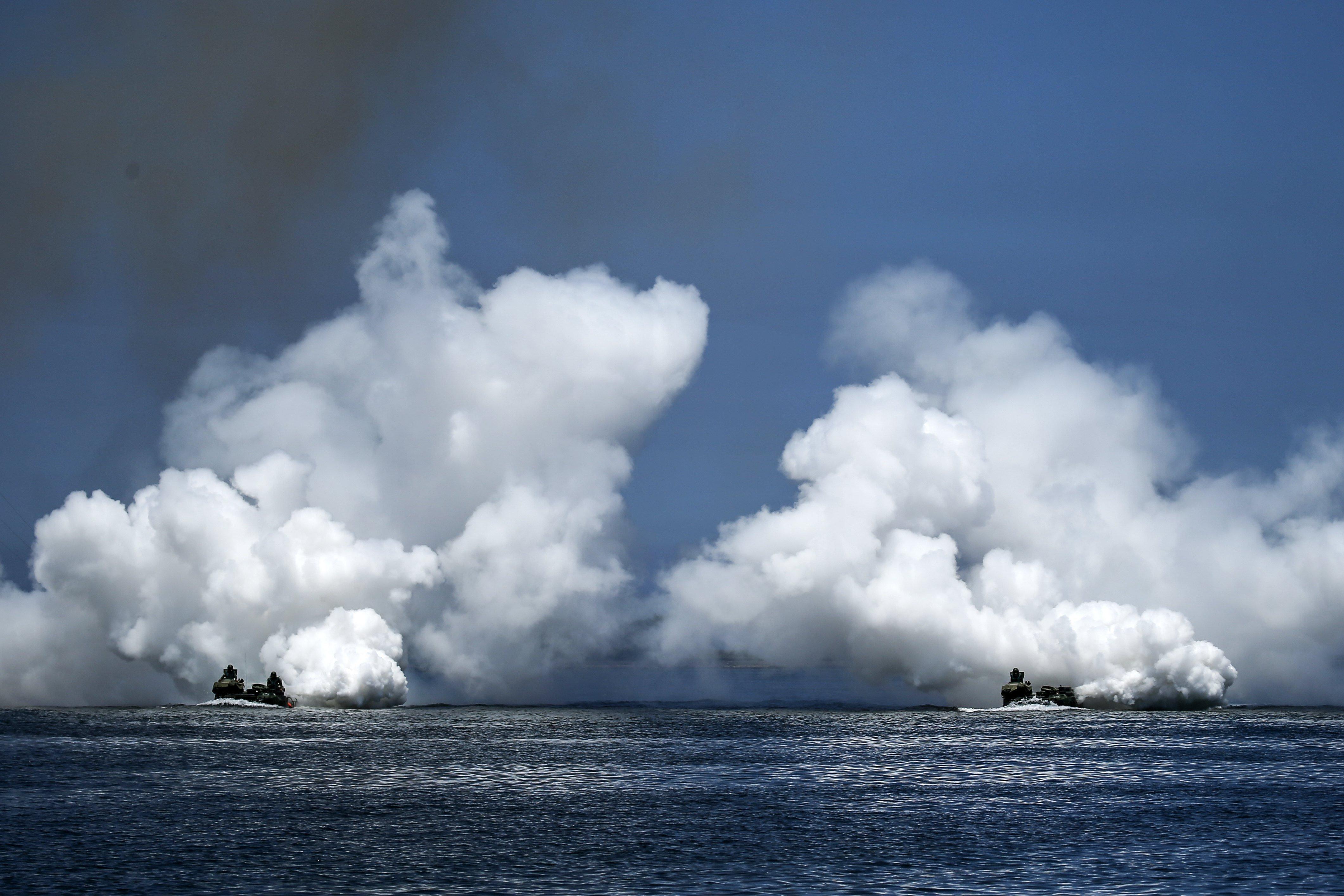 Personal de l'Armada de Taiwan durant un simulacre d'exhibició naval a Kaohsiung, sud de Taiwan. /RITCHIE B. TONGO