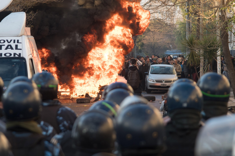 Incidents durant el desallotjament del campament d'una planta de PepsiCo a Argentina. /CARLOS BRIGO
