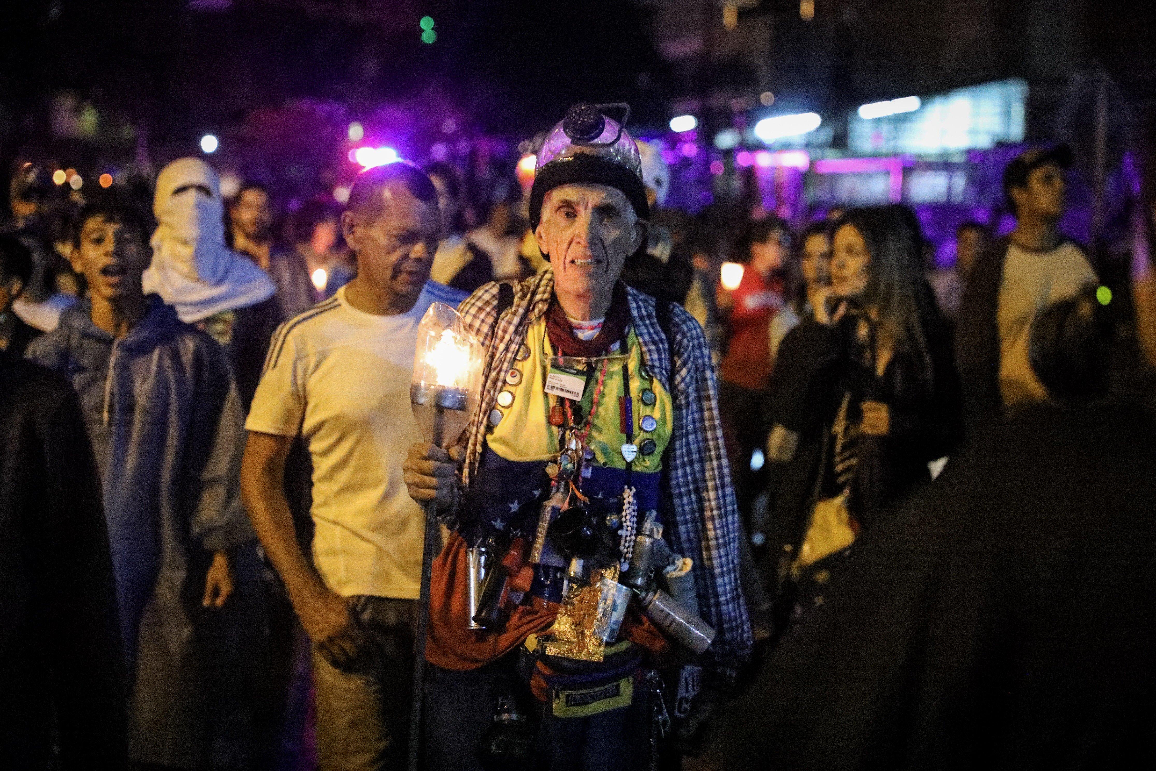 Marxa nocturna en record dels morts en protestes a Veneçuela. /MIGUEL GUTIÉRREZ
