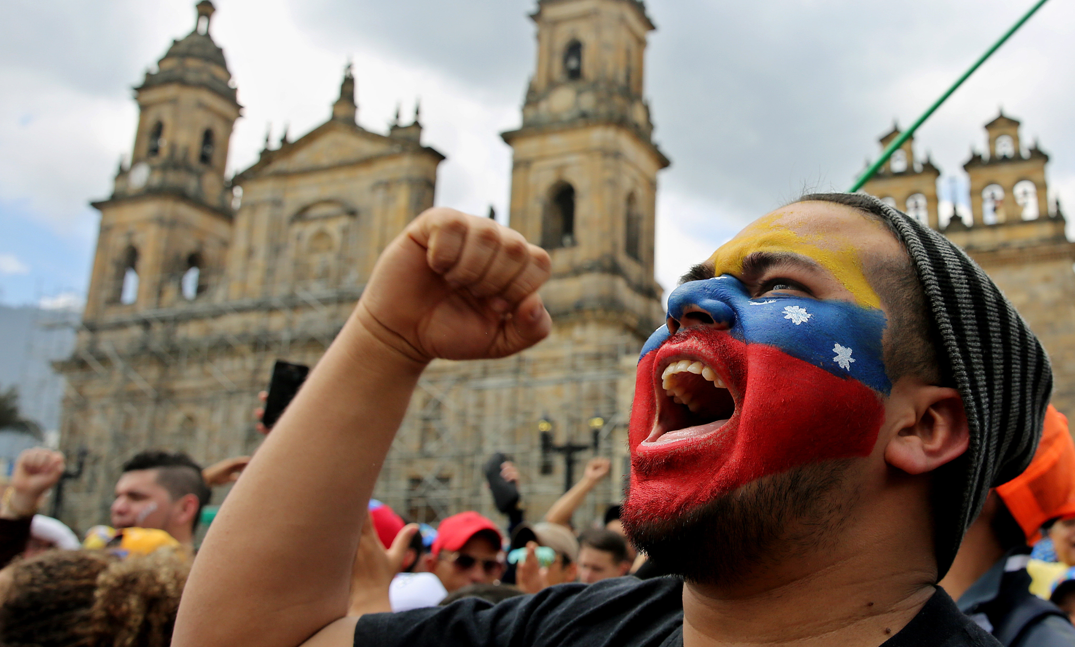 Un veneçolà resident a Colòmbia crida durant la consulta popular a Bogotà (Colòmbia). /LEONARDO MUÑOZ