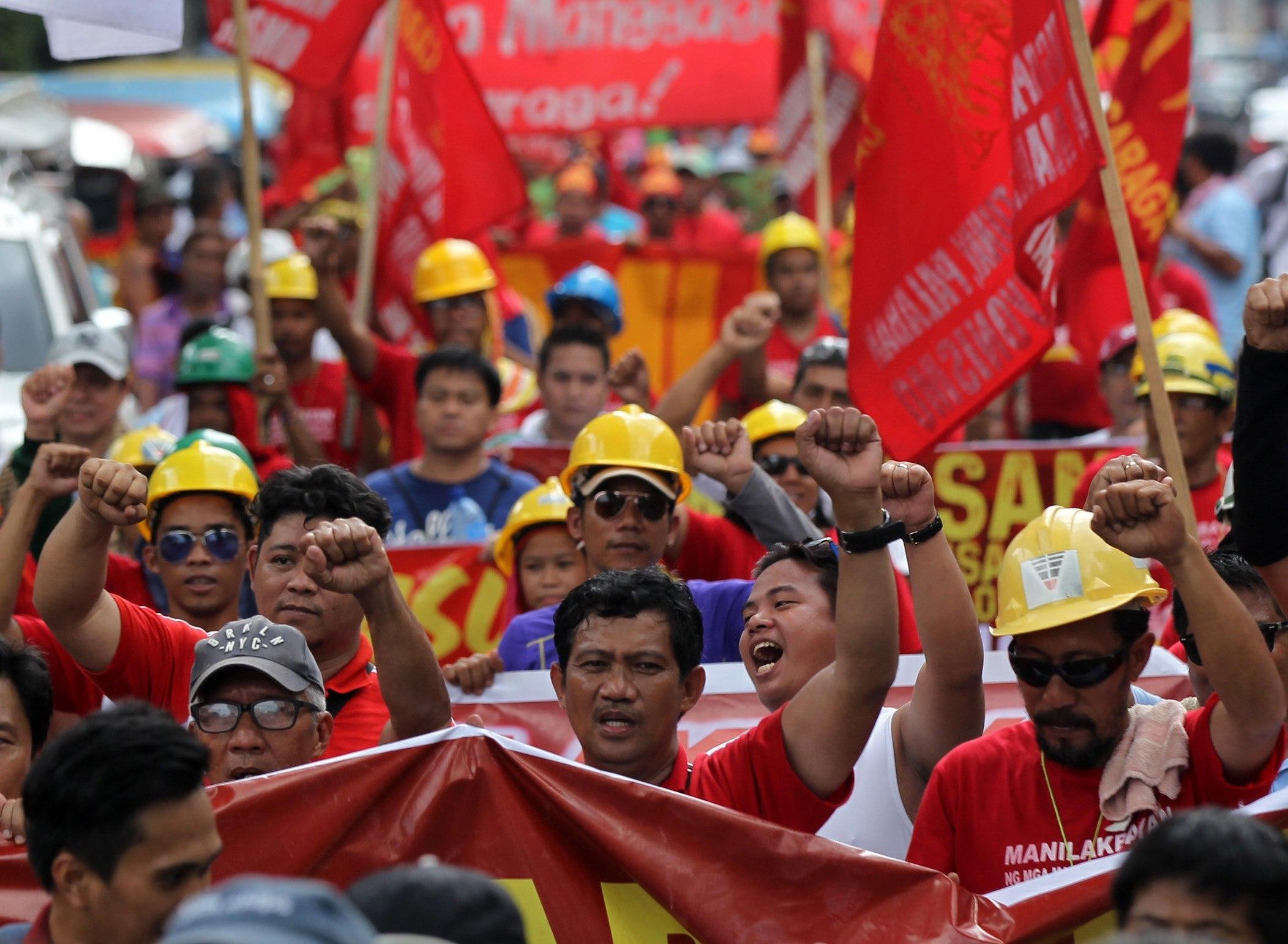 Centenars de treballadors d'un sindicat independent participen en una protesta contra les irregularitats en els sindicats a Manila (Filipines). /EUGENIO LORETO
