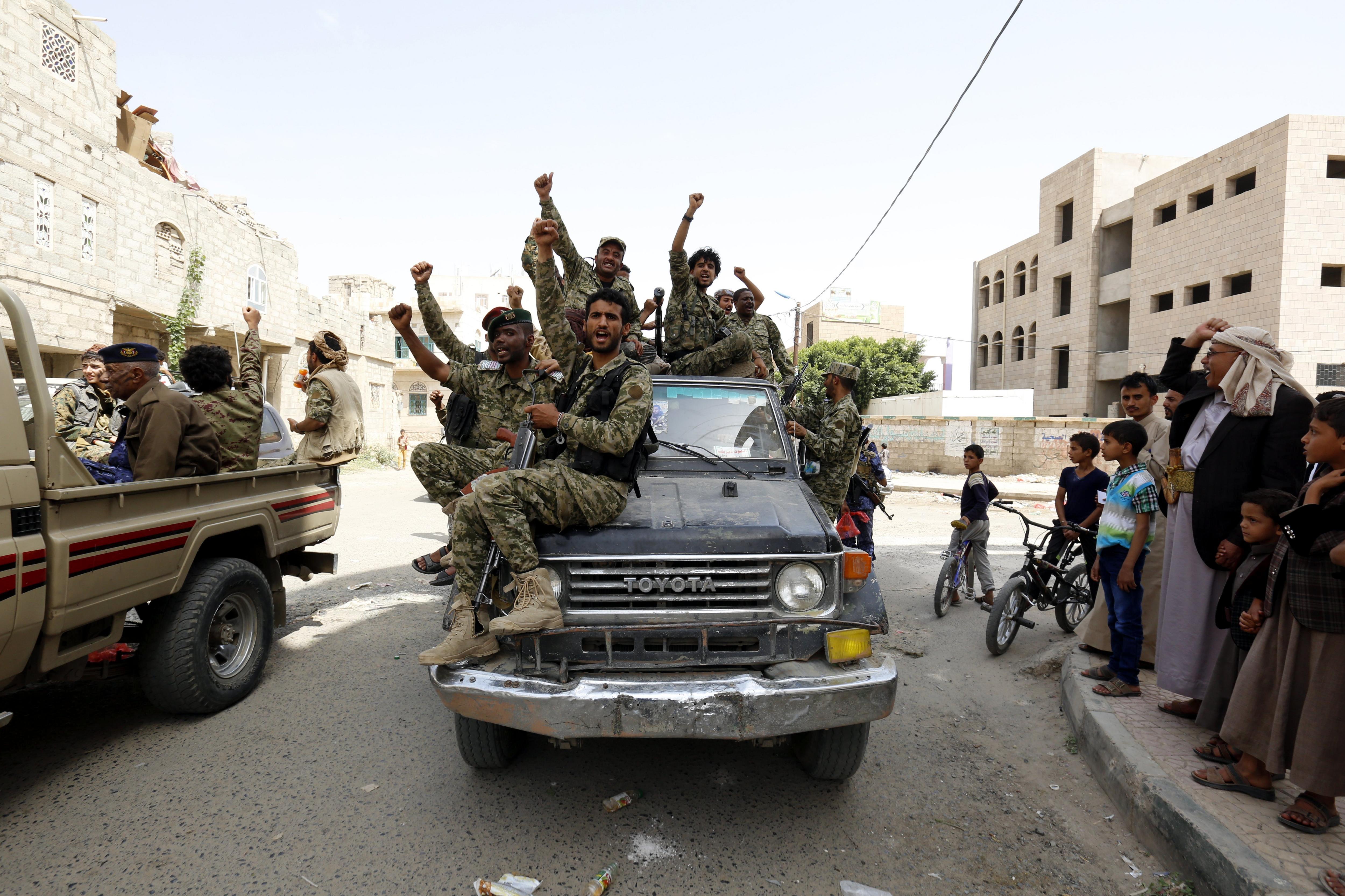 Nous combatents reclutats per rebels per lluitar contra la coalició liderada per Aràbia Saudita, romanen agrupats a Saná, Iemen. /YAHYA ARHAB