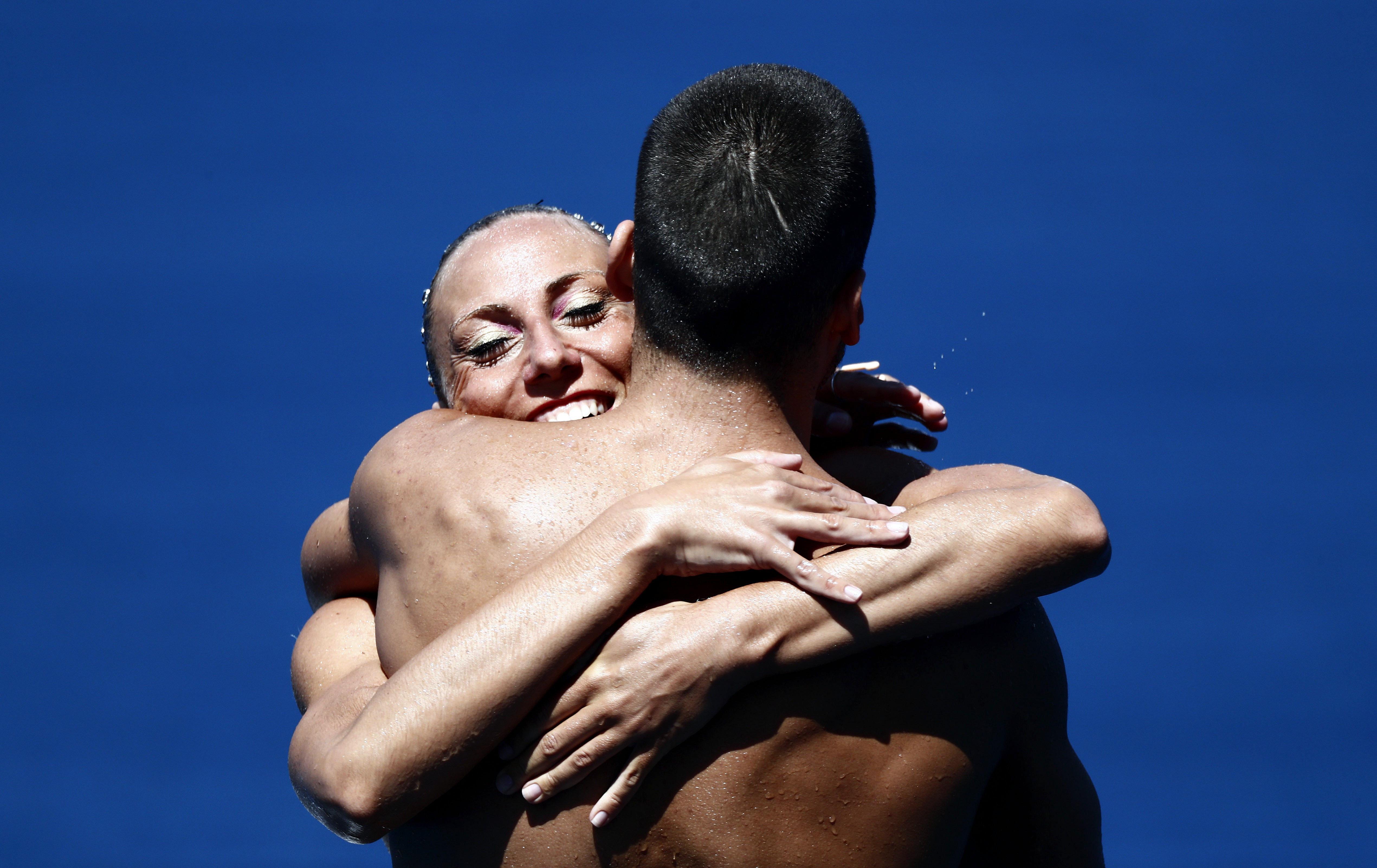Manila Flamini i Giorgio Minisini després d'aconseguir la medalla d'or en la final de duo tècnic mixt de natació sincronitzada del Mundial de Natació que es disputa a Budapest (Hongria). /ALBERTO ESTÉVEZ