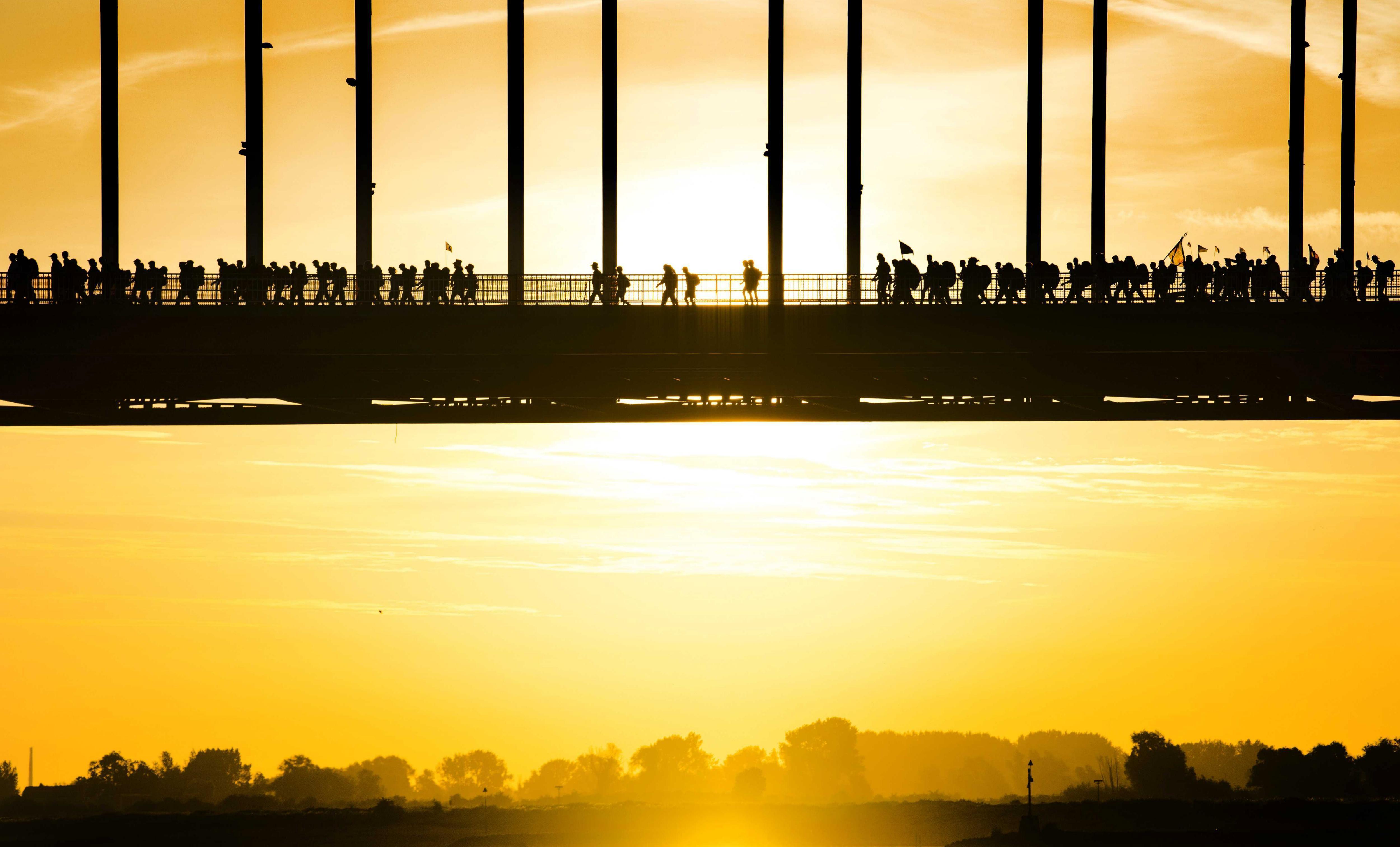 Participants creuen un pont sobre el riu Waal durant la primera jornada de la 10a edició de la Marxa de Quatre Dies de Nijemegen, Holanda. /PIROSCHKA VAN DE WOUW