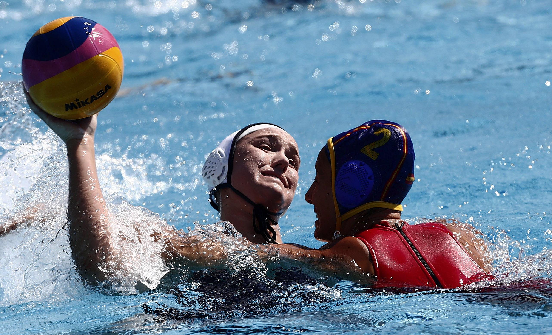La nord-americana Aria Fischer intenta llançar davant la defensa de l'espanyola Marta Bach durant el partit de la fase preliminar del Mundial de Natació que es disputa a Budapest (Hongria). /ALBERTO ESTÉVEZ