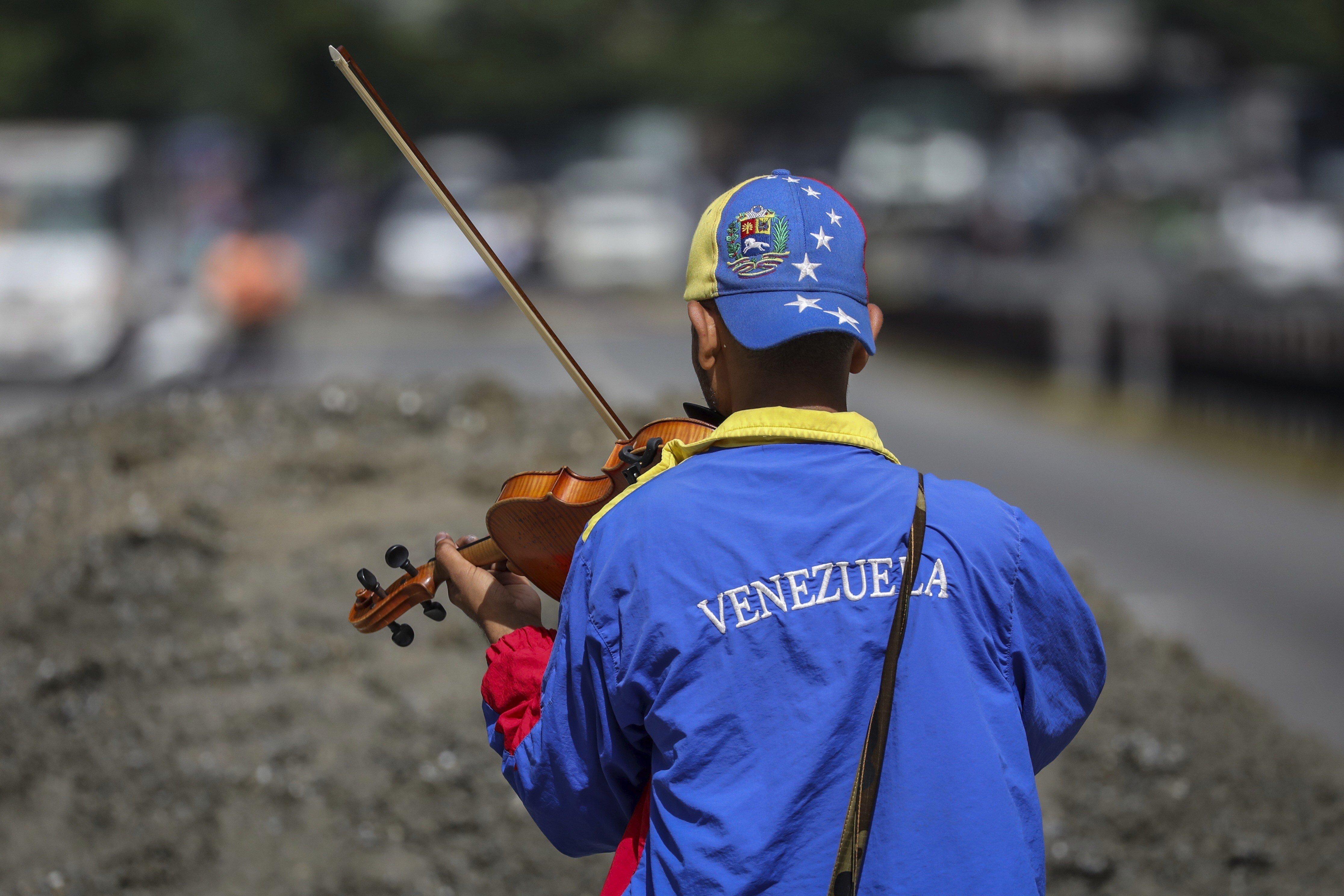 El violinista Wuilly Arteaga participa en una manifestació avui dimarts 18 de juliol de 2017, a Caracas (Veneçuela). /MIGUEL GUTIÉRREZ