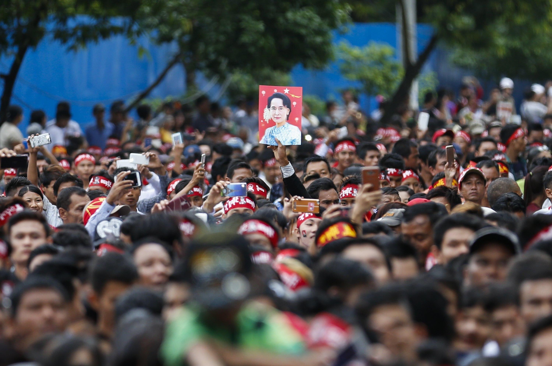 Un home alça el retrat de la Nobel de la pau, Aung San Suu Kyi, durant la celebració del 70è Dia dels Màrtirs davant la seu de la Lliga Nacional per a la Democràcia (NLD), a Yangon (Birmània). /LYNN BO BO