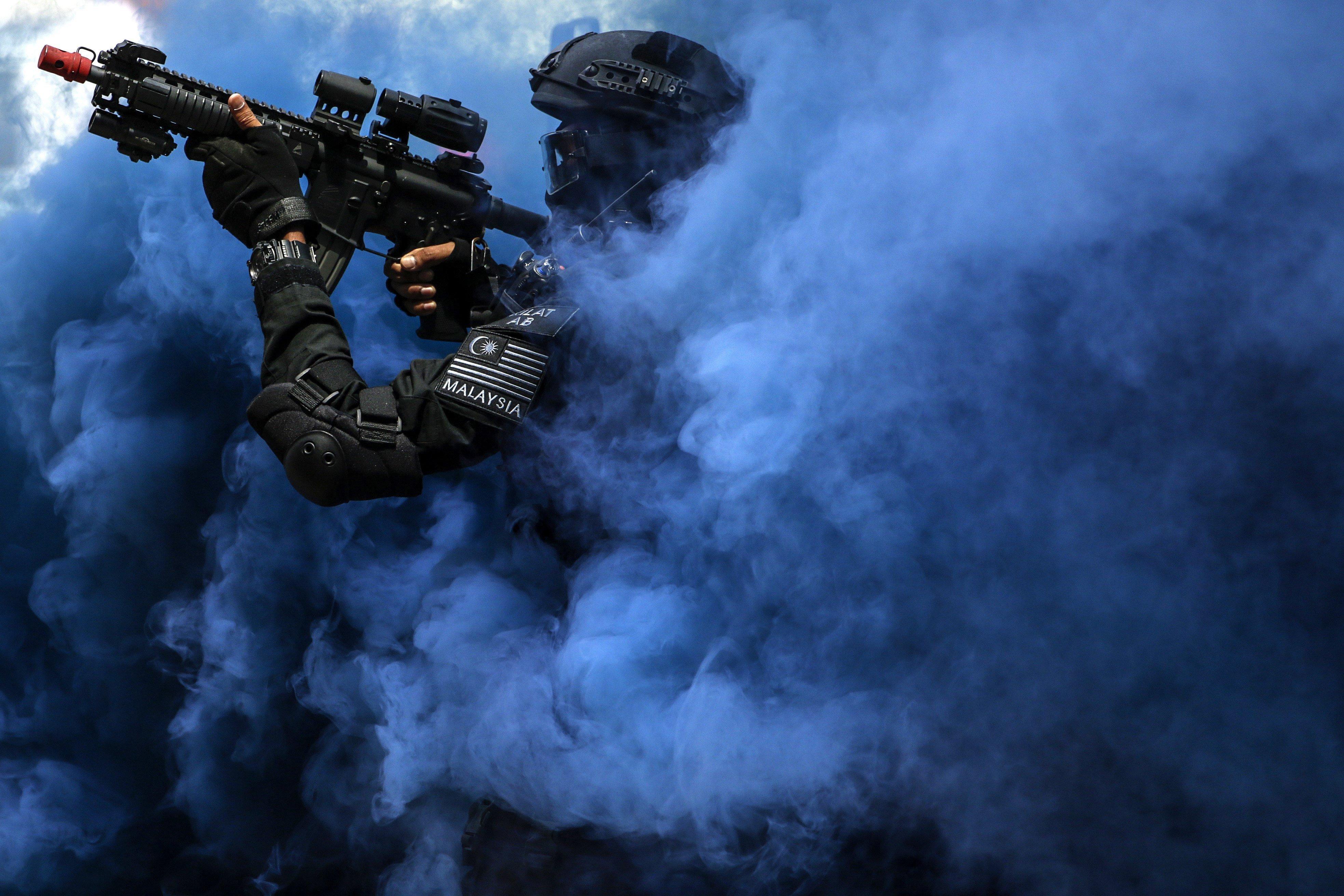 Un efectiu de la Unitat Tàctica Especial de la Policia de Malasia participa en un simulacre de rescat. /FAZRY ISMAIL