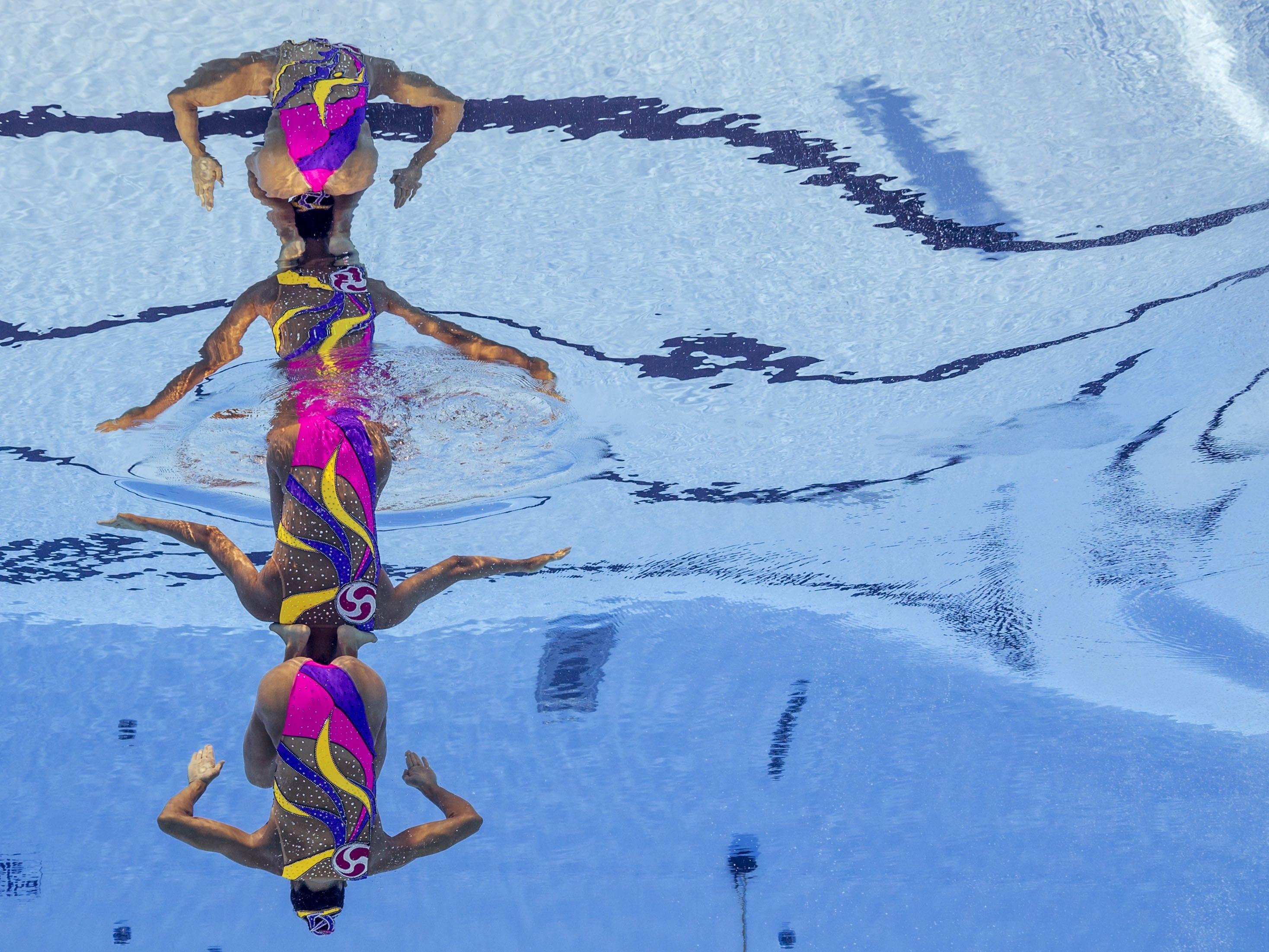 Les nedadores japoneses Yukiko Inui i Kanami Nakamaki participen en la final lliure femenina de natació sincronitzada durant el Mundial de Natació FINA, a Budapest (Hongria). /PATRICK B. KRAEMER