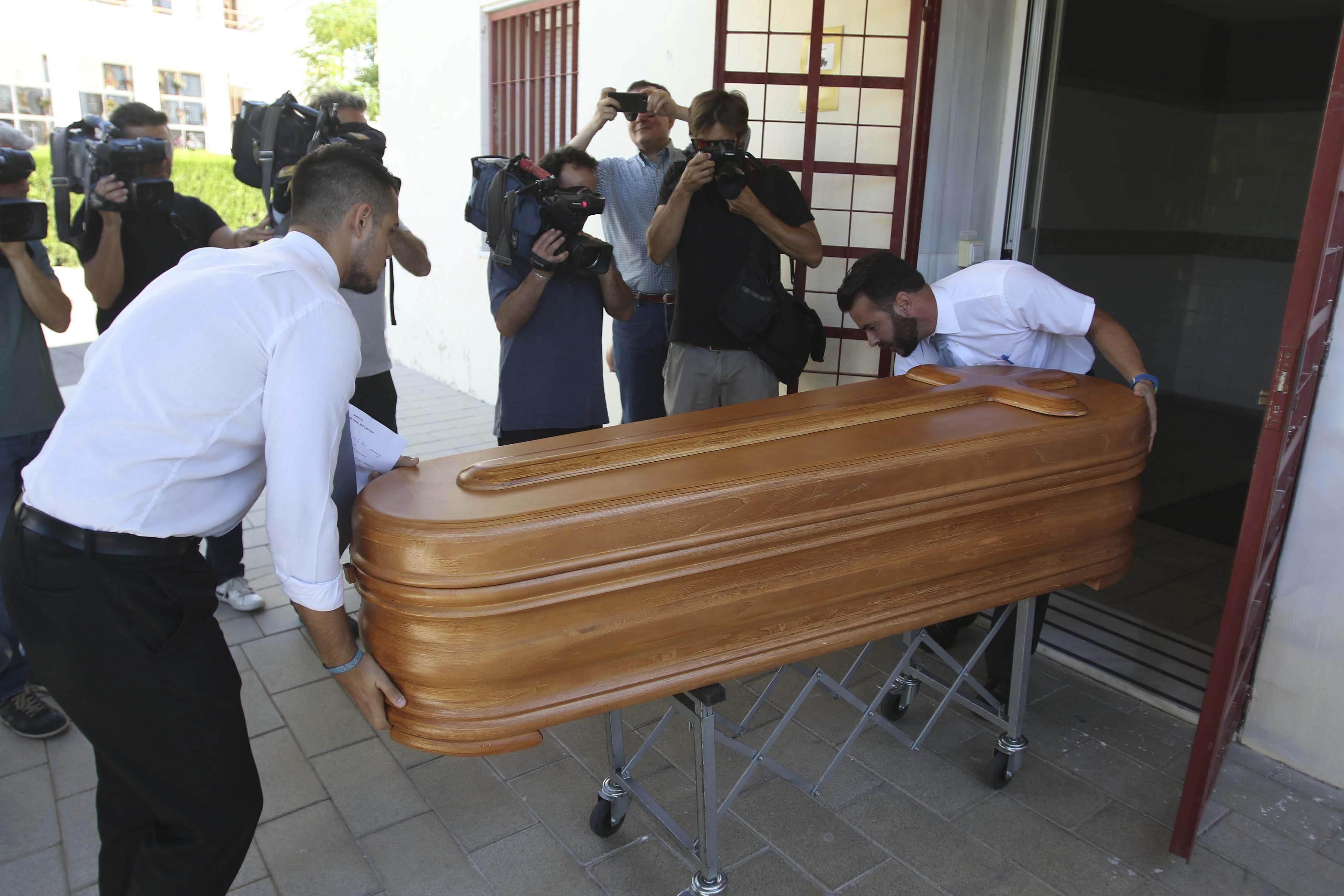 Operaris de la funerària traslladen el fèretre amb el cos sense vida de l'expresident de Caja Madrid, Miguel Blesa, de l'Institut Anatòmic Forense de Còrdova cap al tanatori Las Quemadas. /SALAS