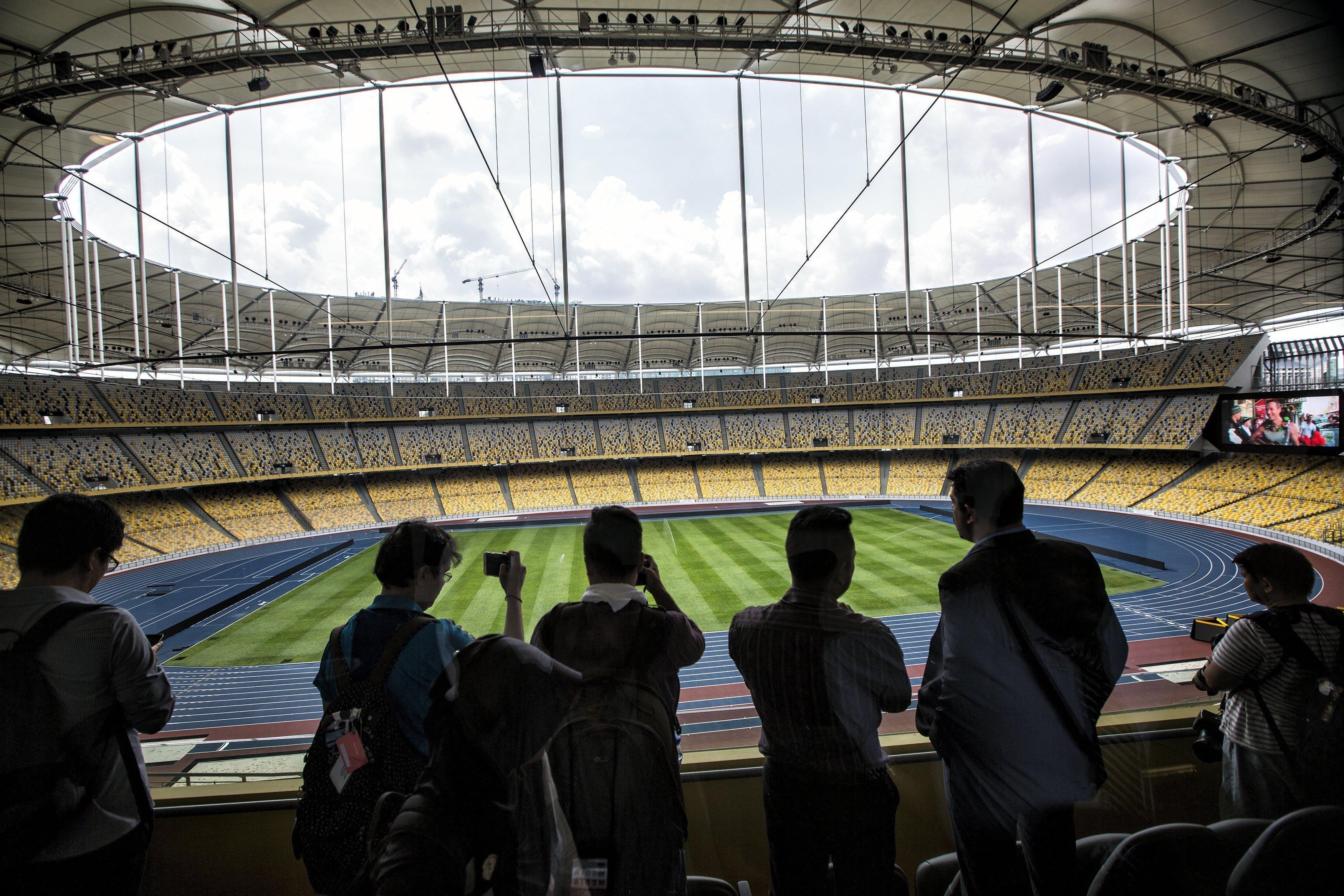 Periodistes visiten l'Estadi Nacional durant una visita guiada amb motiu de la imminent celebració dels Jocs del Sud-est Asiàtic, a Kuala Lumpur, Malàisia. /AHMAD YUSNI