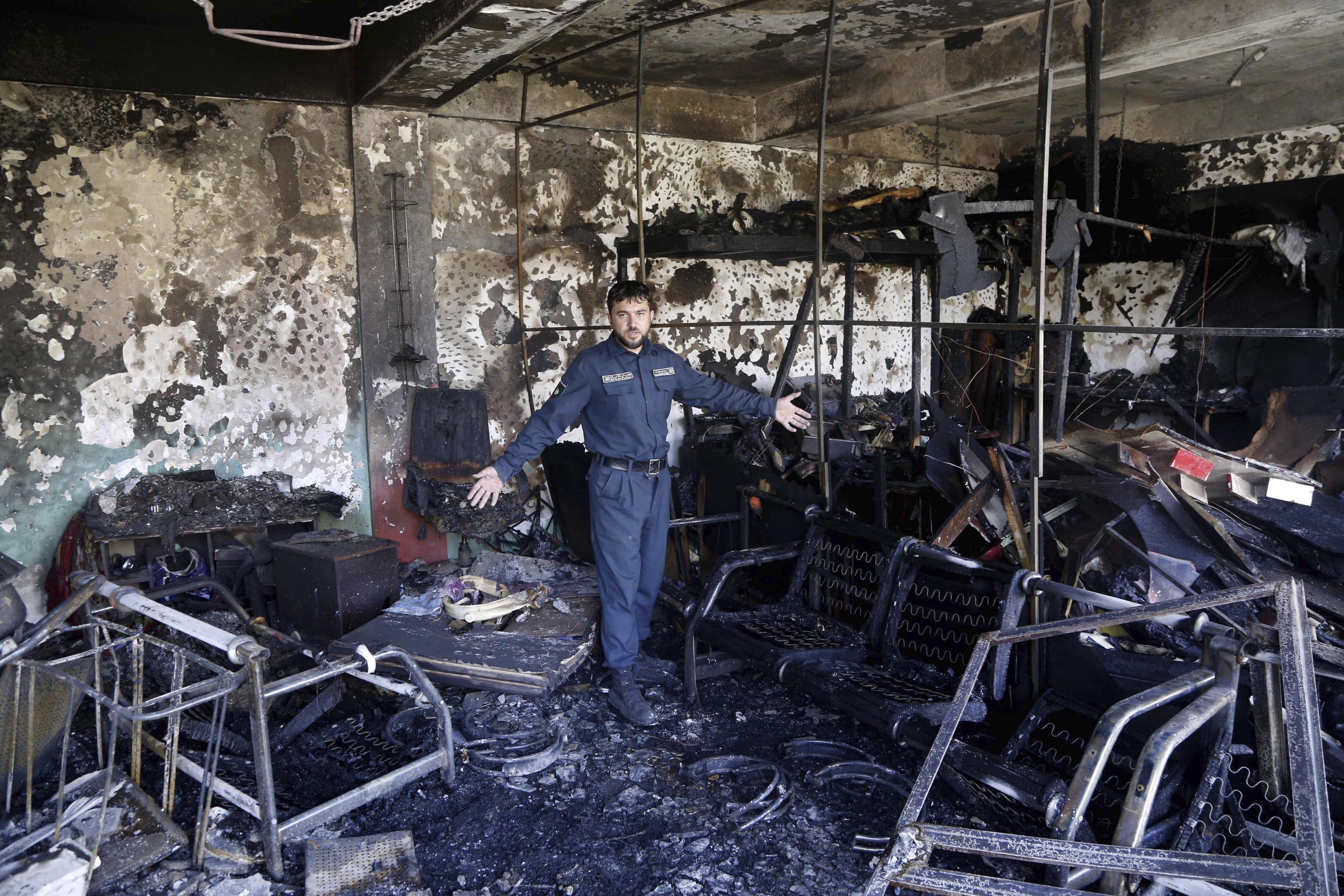 Un efectiu de les forces de seguretat inspecciona el lloc després de l'atemptat suïcida perpetrat a Kabul (Afganistan). /HEDAYATULLAH AMID