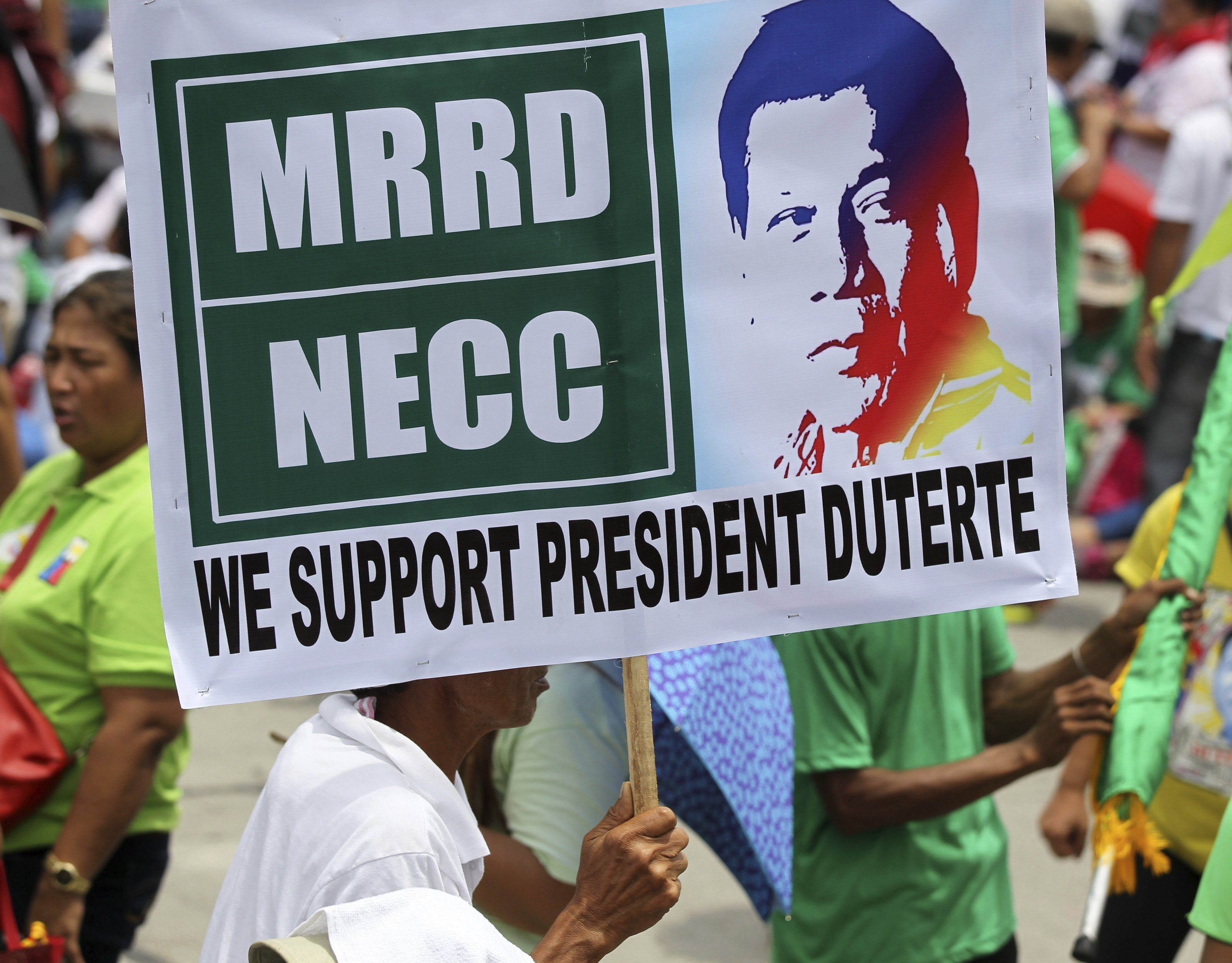 Simpatitzants del president filipí, Rodrigo Duterte, congregats a les portes de la Cambra de Representants abans que el mandatari pronunciï el seu segon discurs sobre l'estat de la nació a Quezon (Filipines). /EUGENIO LORETO