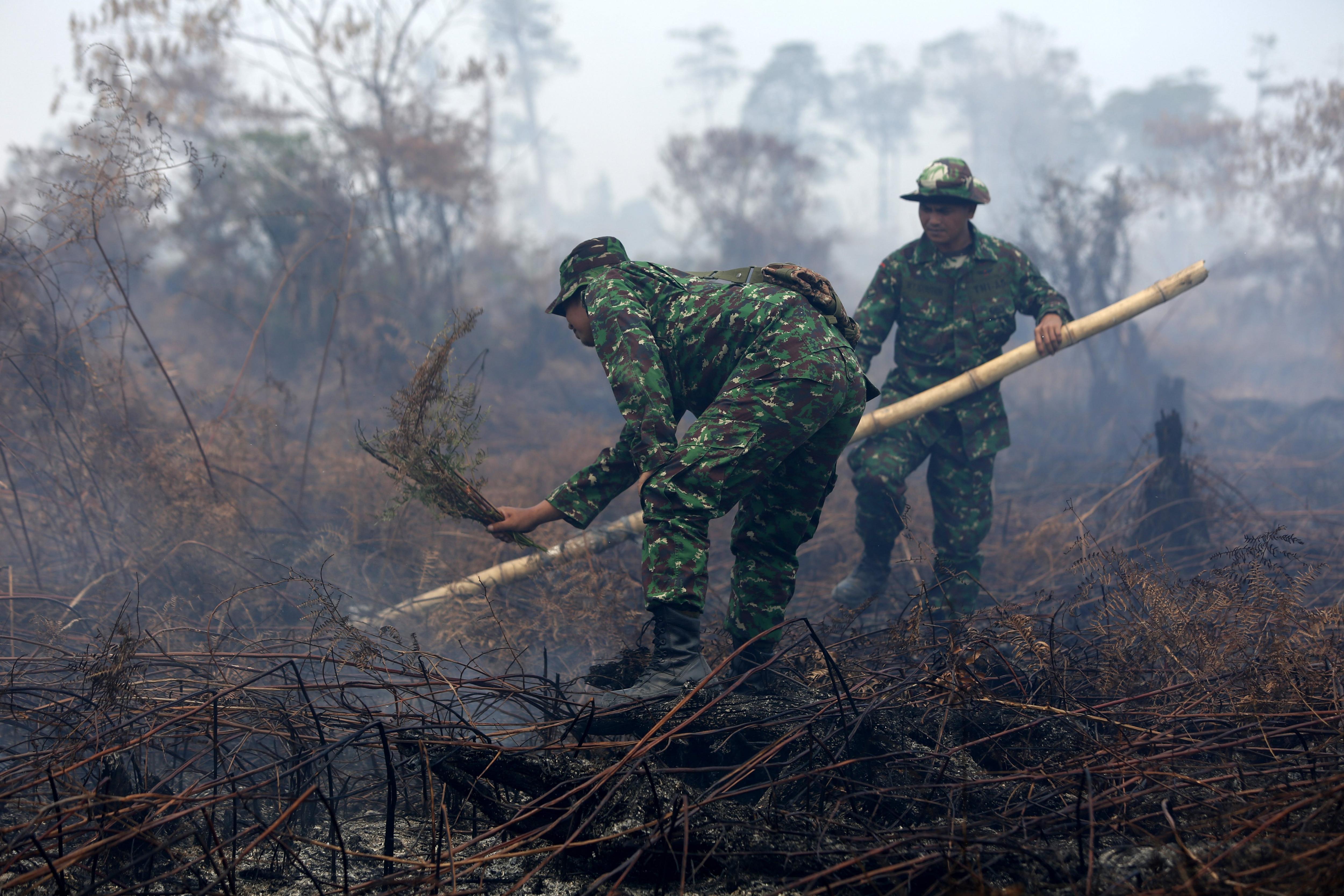 Militars indis tracten d'extingir un incendi a Meuloboh, a Aceh (Indonèsia). /HOTLI SIMANJUNTAK
