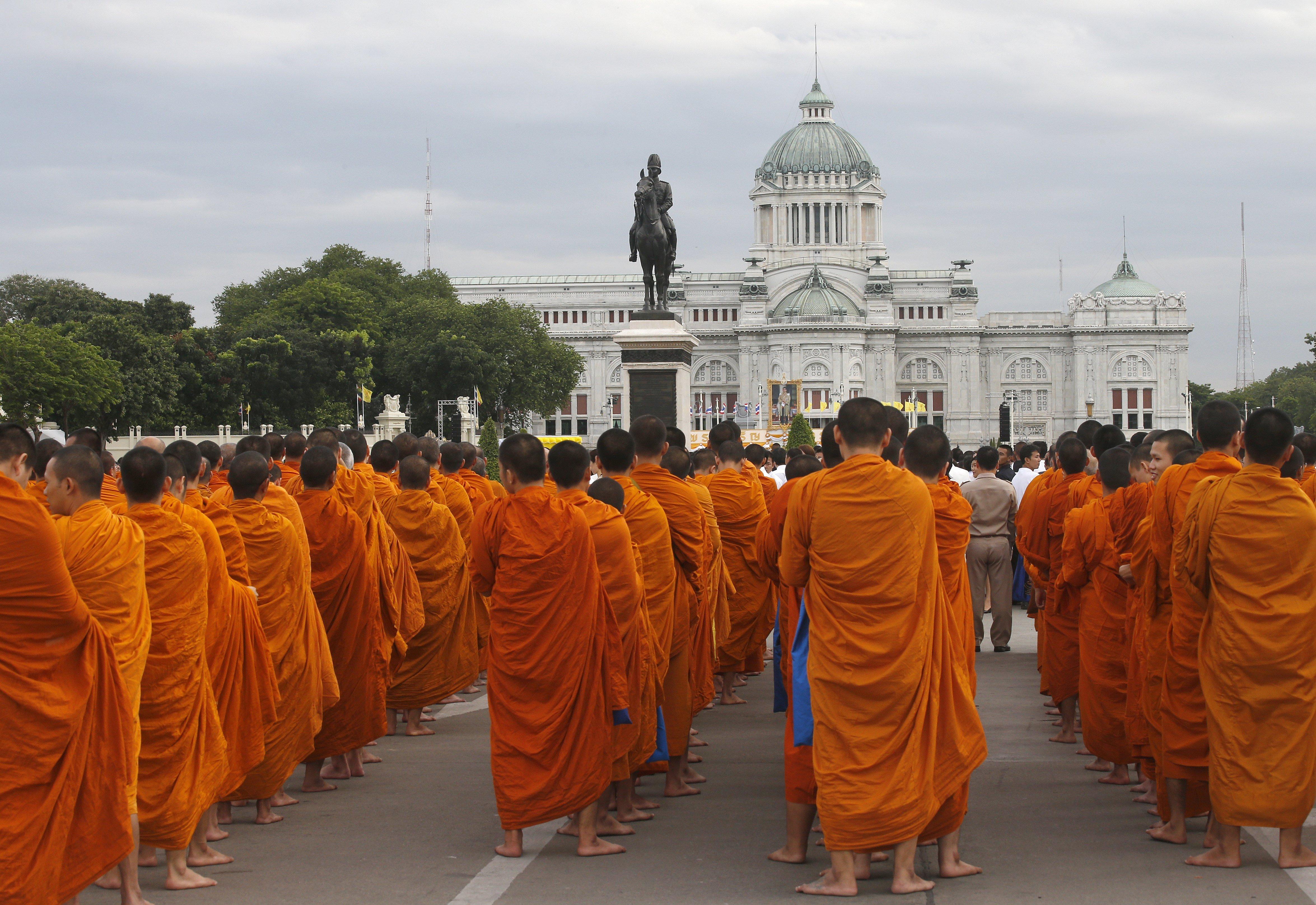 Monjos budistes tailandesos es reuneixen per recollir les almoines durant les celebracions del 65 aniversari del rei tailandès Maha Vajiralongkorn Bodindradebayavarangkun. /NARONG SANGNAK