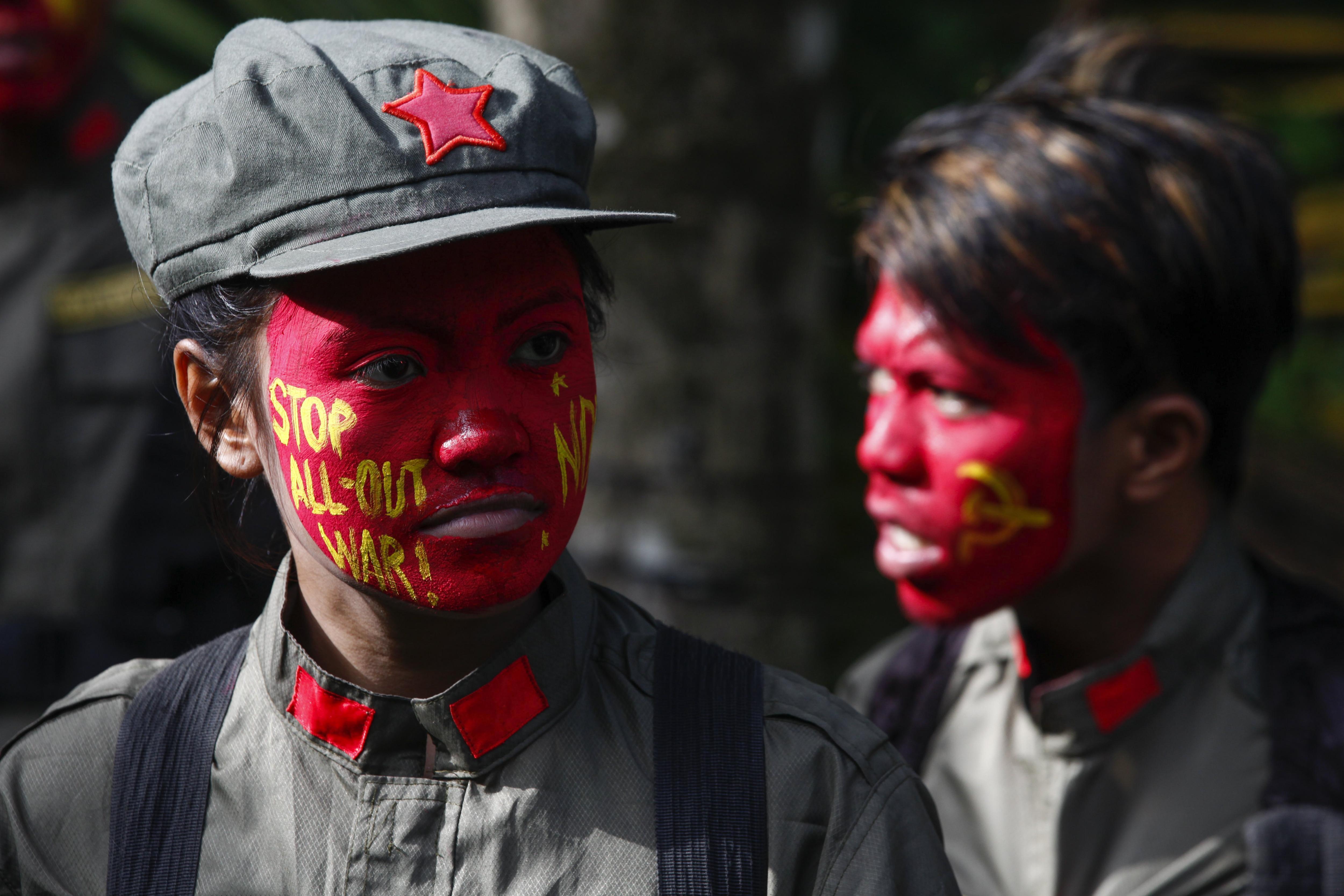 Combatents del Nou Exèrcit Popular (NPA), el braç armat del Partit Comunista de Filipines (CPP), desplegats a les muntanyes de Sierra Madre, a la regió de Luzon (Filipines). /ROLEX DELA PENA