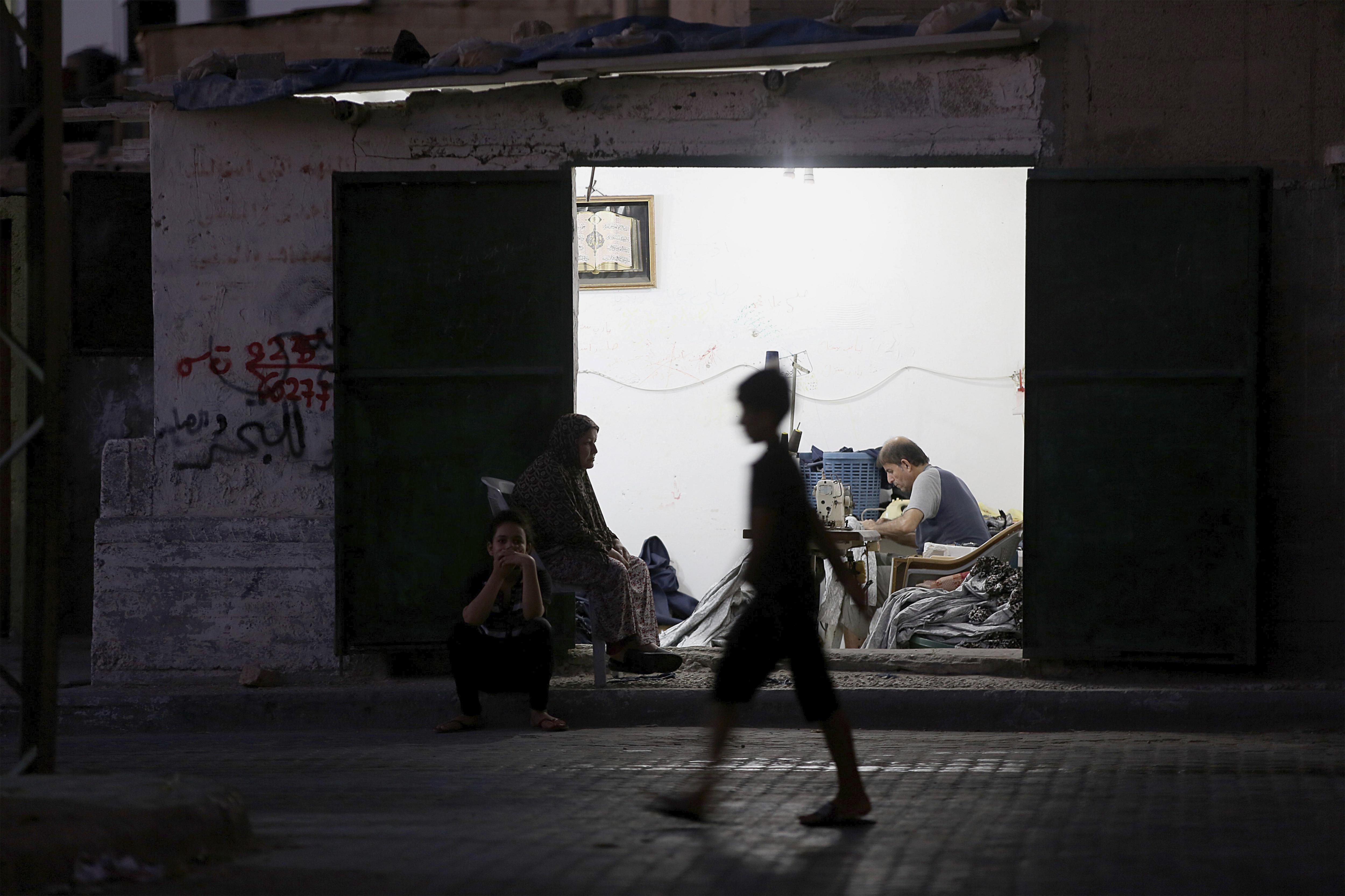Els 1,8 milions de residents a Gaza experimenten més de 20 tallades de llum al dia. /MOHAMMED SABER