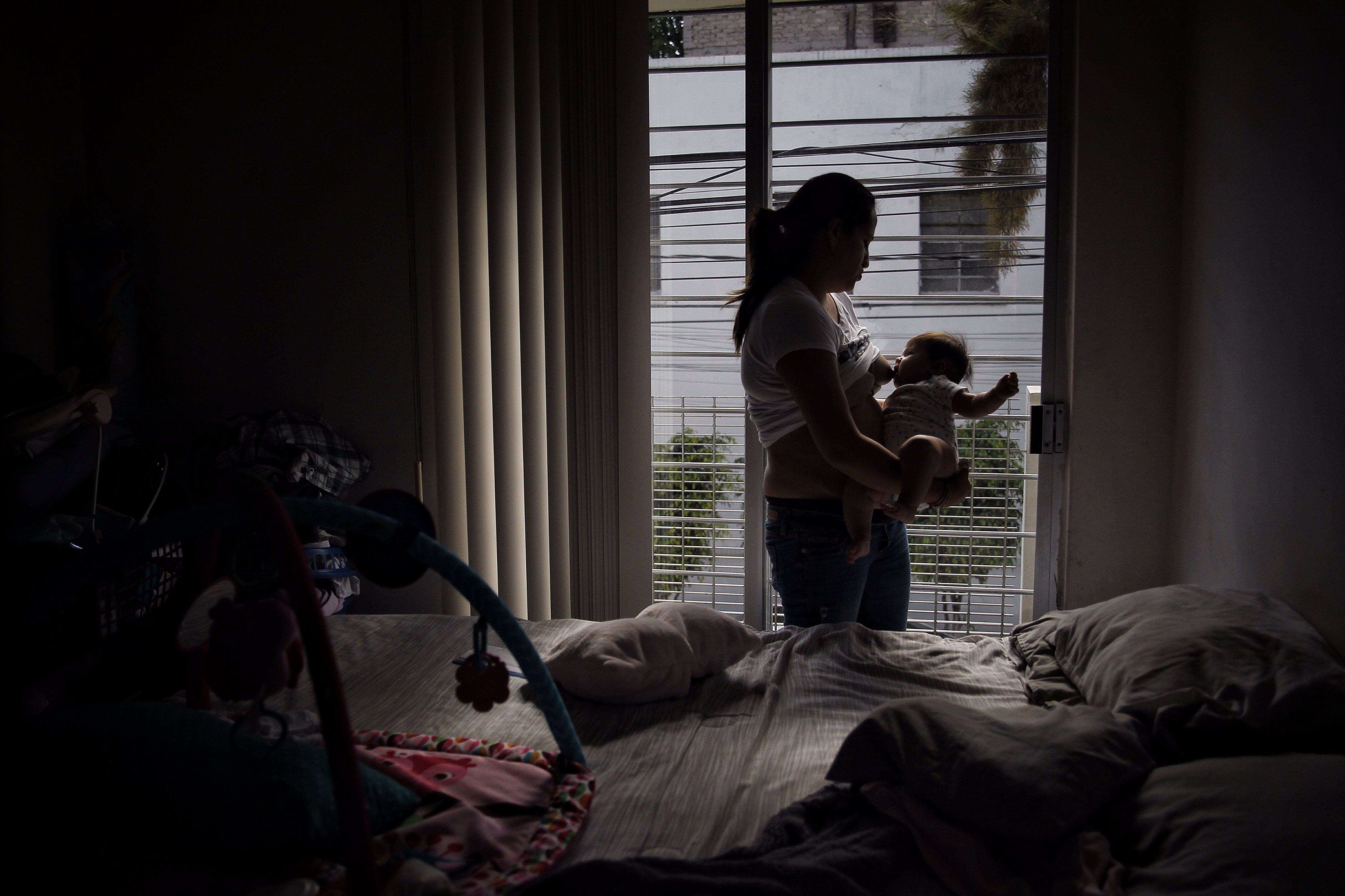 Una dona alimenta el seu nadó a Mèxic. /SÁSHENKA GUTIÉRREZ